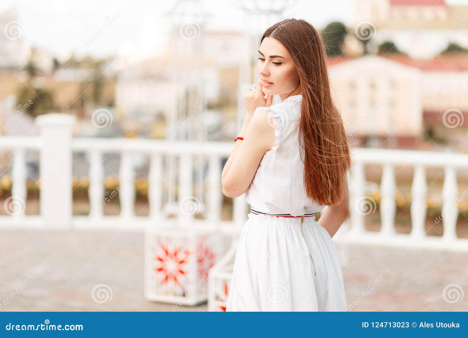Modieuze mooie jonge modelvrouw in witte manierkleding