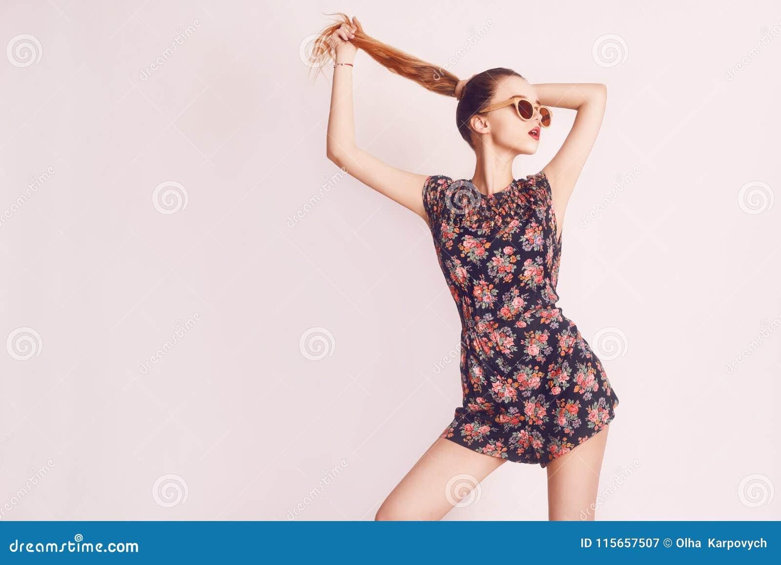 Modieuze schoonheids modelmeisje die donkere houten zonnebril en kleding dragen Manier mooie vrouw met lang haar die zonnebril dr