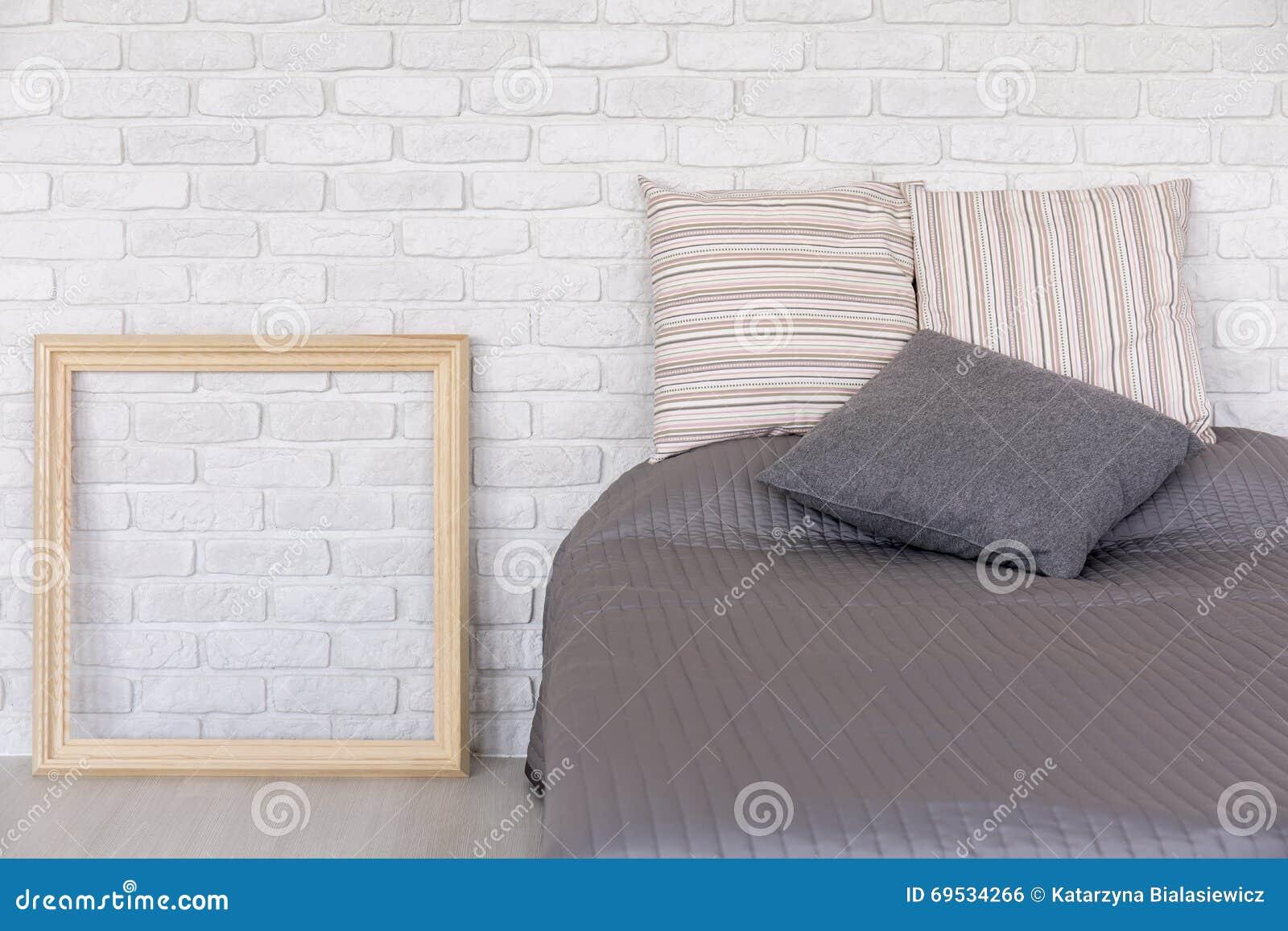 Modieuze slaapkamer met decoratieve bakstenen muur stock foto