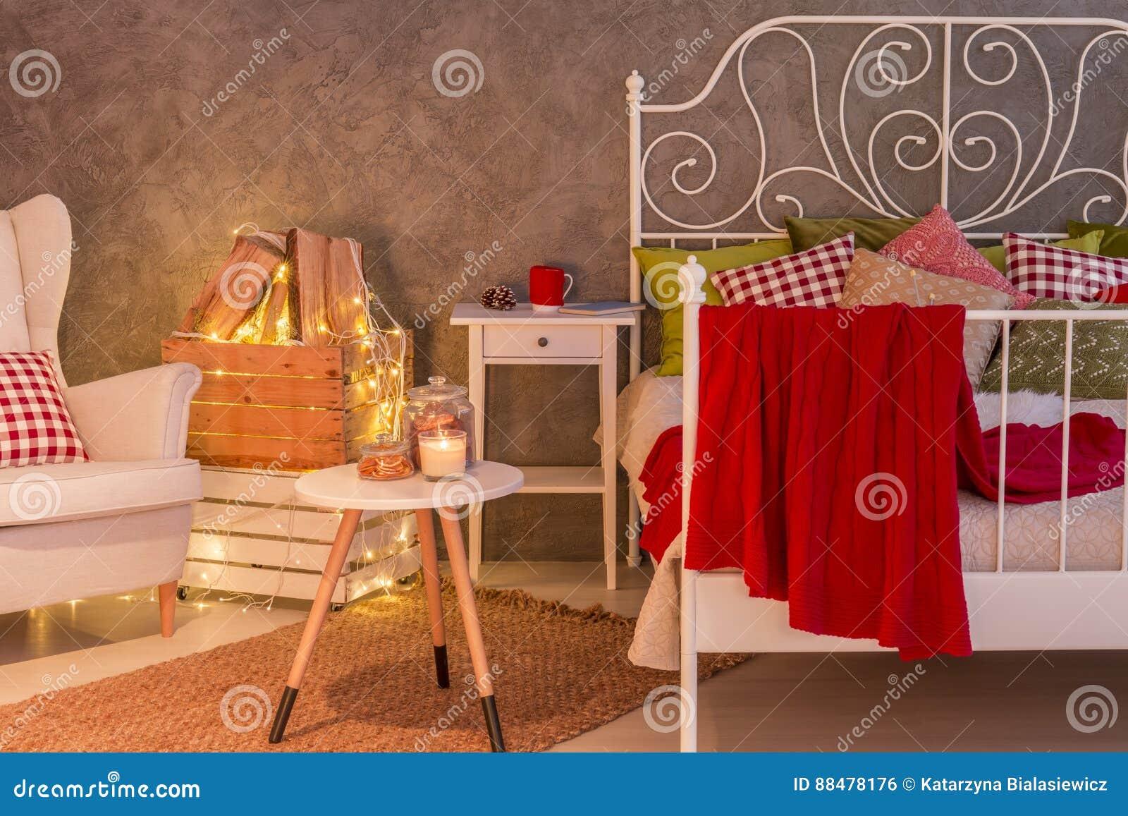 Modieuze slaapkamer met kaarsen