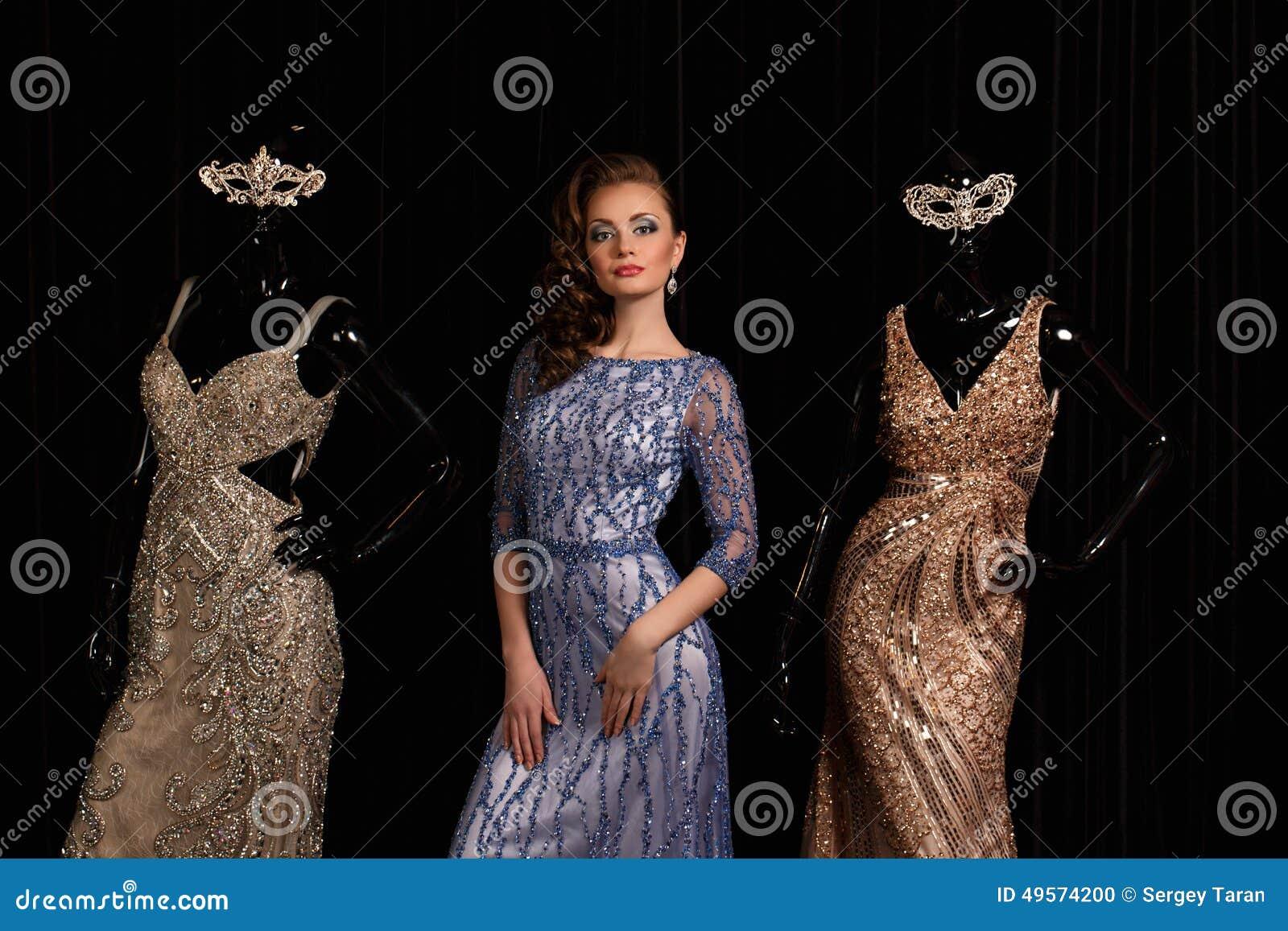 Modieuze vrouw in blauwe kleding met bergkristallen