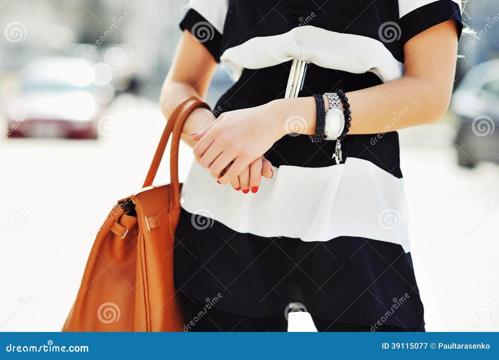Modieuze vrouw die een handtas in handen houden - sluit omhoog