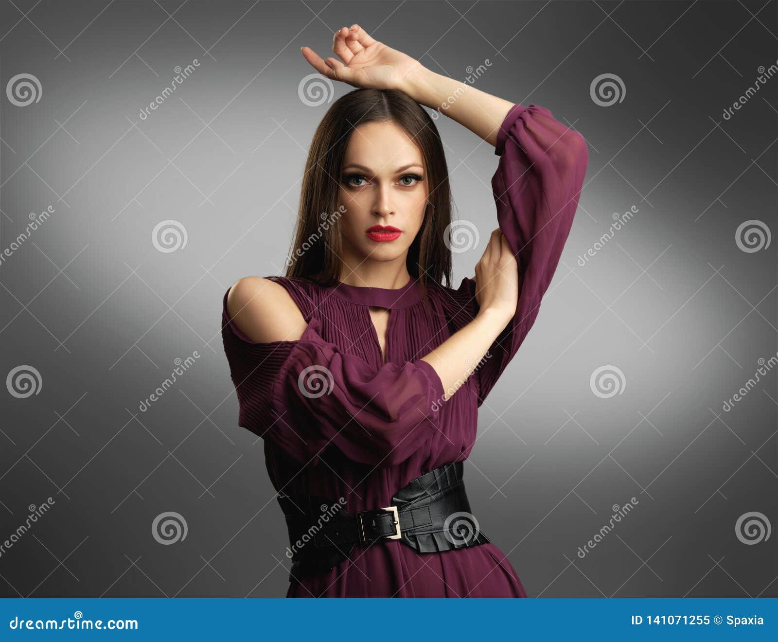 Modieuze vrouw in kleding het stellen