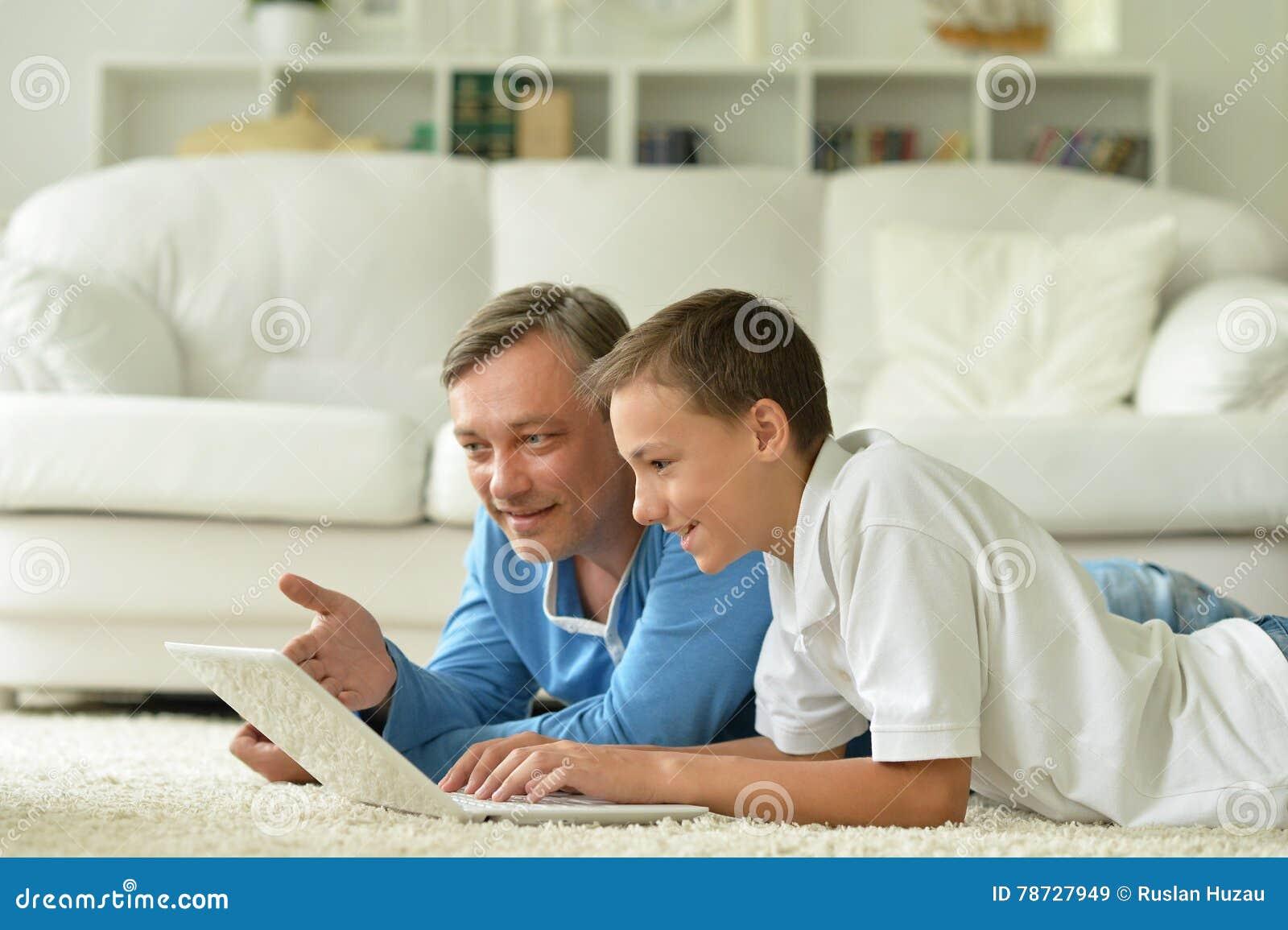 Modig leka son för datorfader
