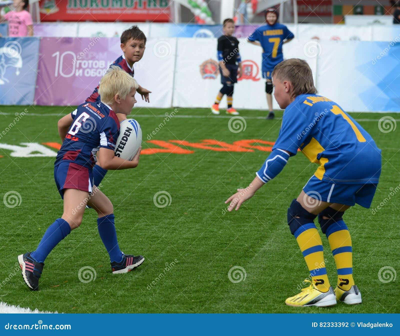 Modig tid i matchen turneringen för rugby för barn` s