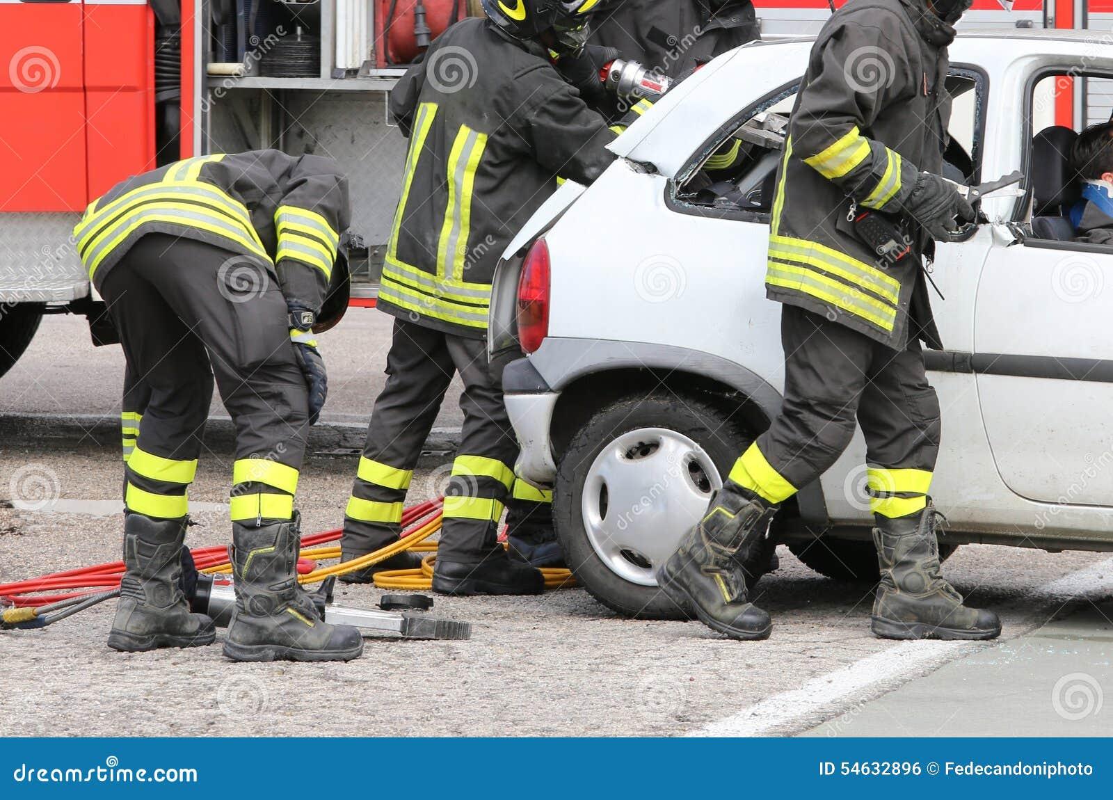 Modiga brandmän avlöser ett sårat efter en vägolycka