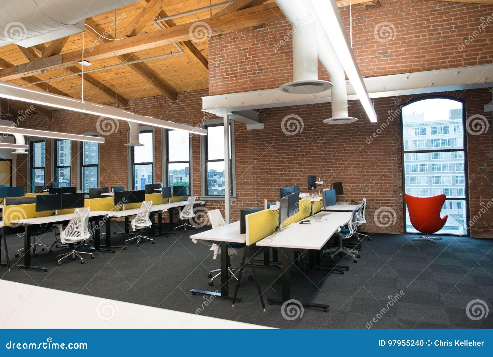 Modische Moderne Offene Konzeptdachboden-Büroräume Mit Großen ...