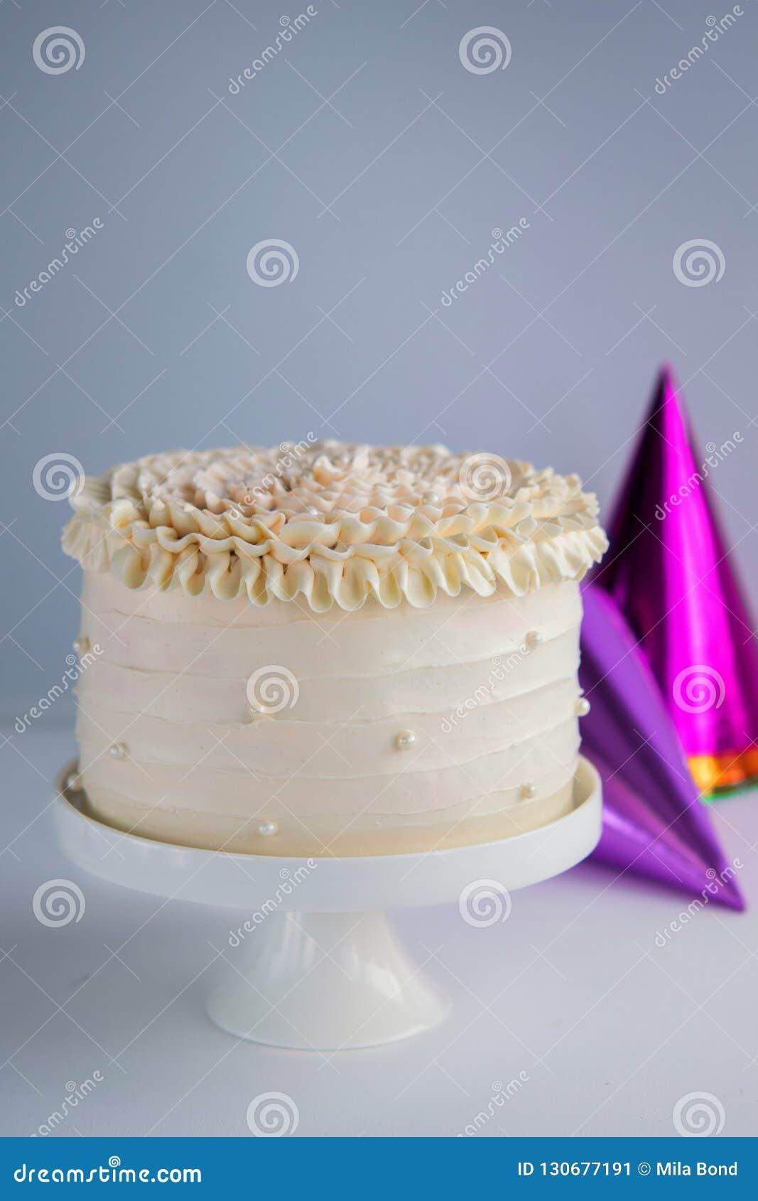 Modischer festlicher bunter Kuchen auf Kuchenstand über hellem Hintergrund