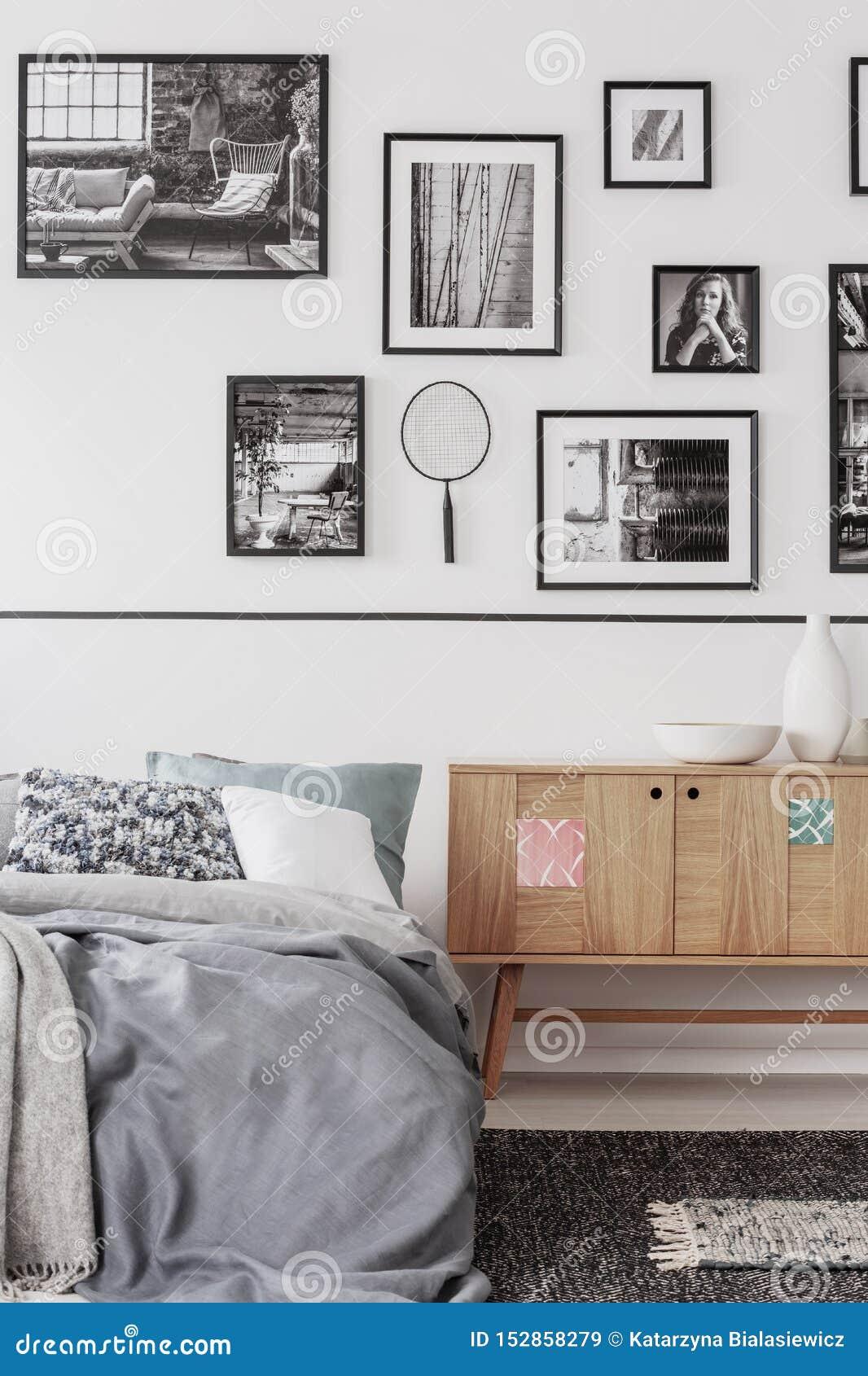 Modisches Schlafzimmer mit bequemem Königgrößenbett im modernen flachen, wirklichen Foto