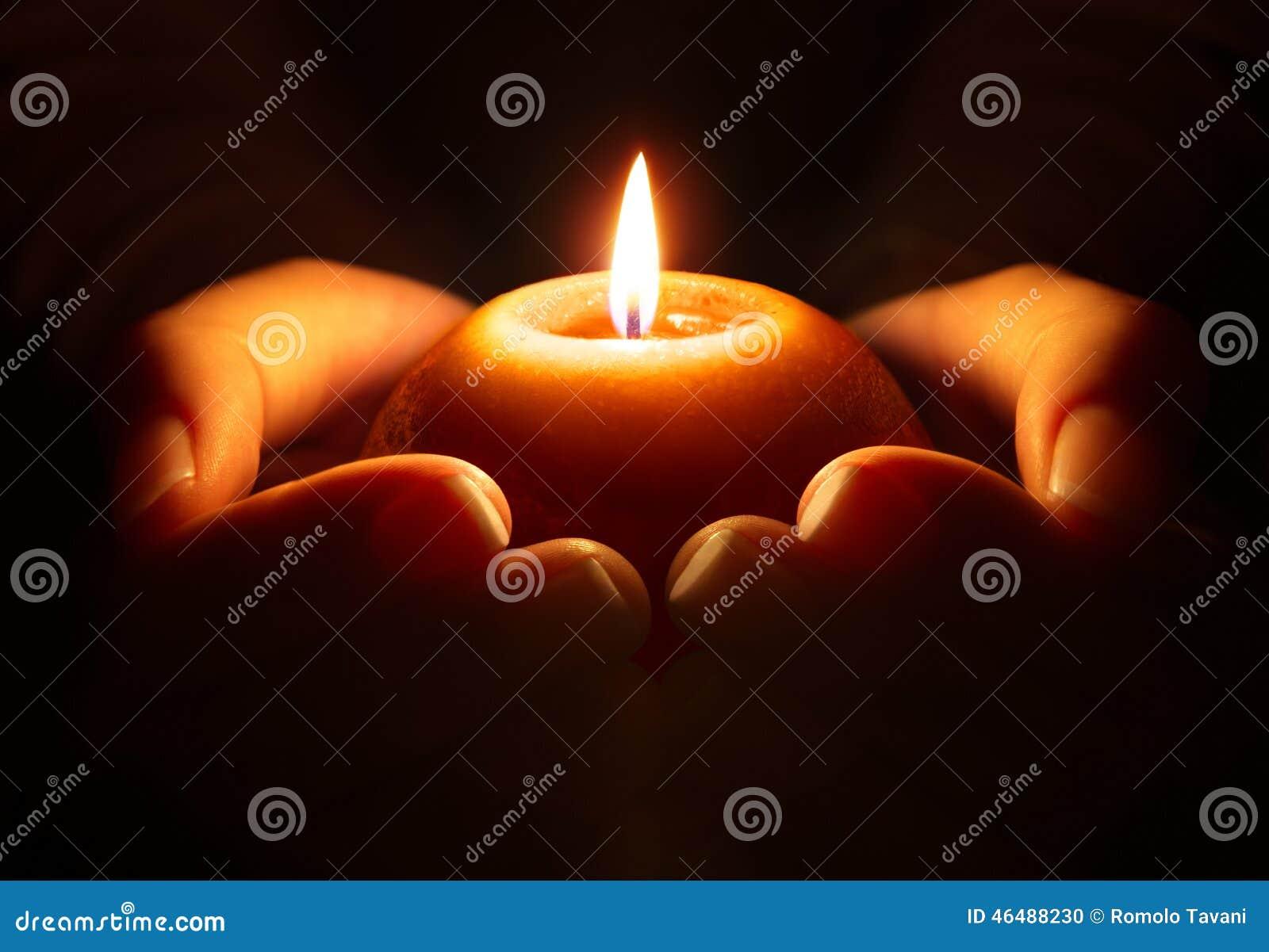 Modlitwa - świeczka w rękach