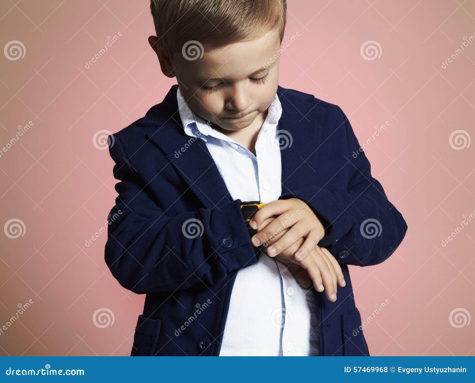 Modna chłopiec elegancki dzieciak w kostiumu Fashion Children
