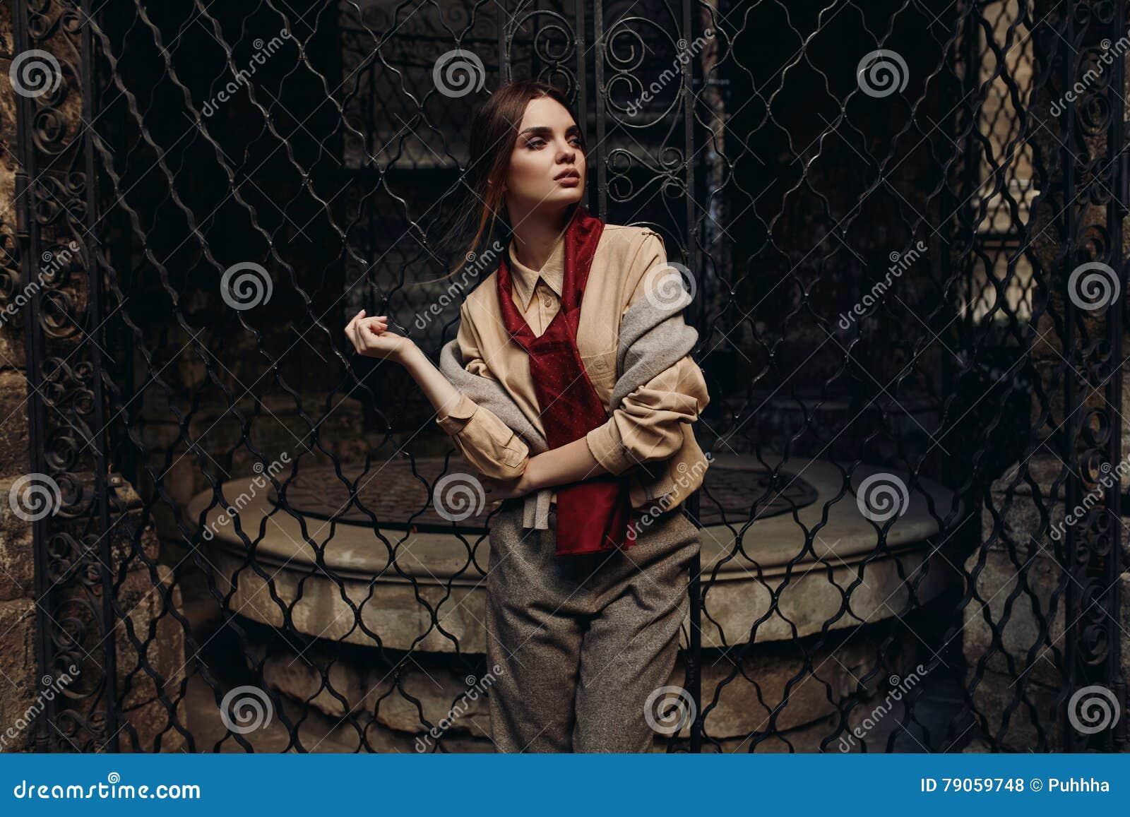 Modna kobieta W mody odzieży W ulicie wzorcowy elegancki