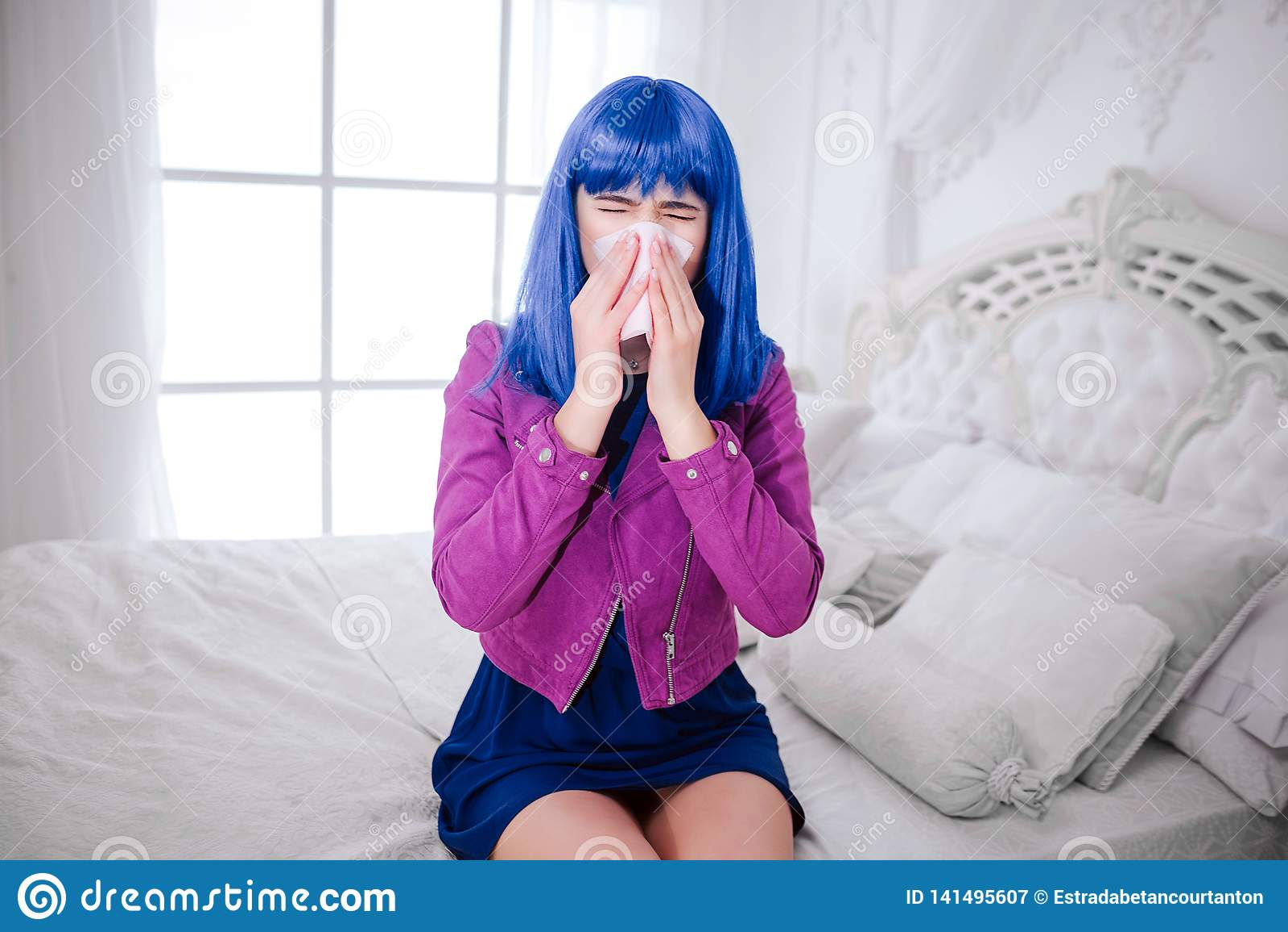 Modna pokraka Splendor kobieta z błękitnym włosy jest podmuchowym nosem i cierpieniem od bolączki w białej sypialni elegancki