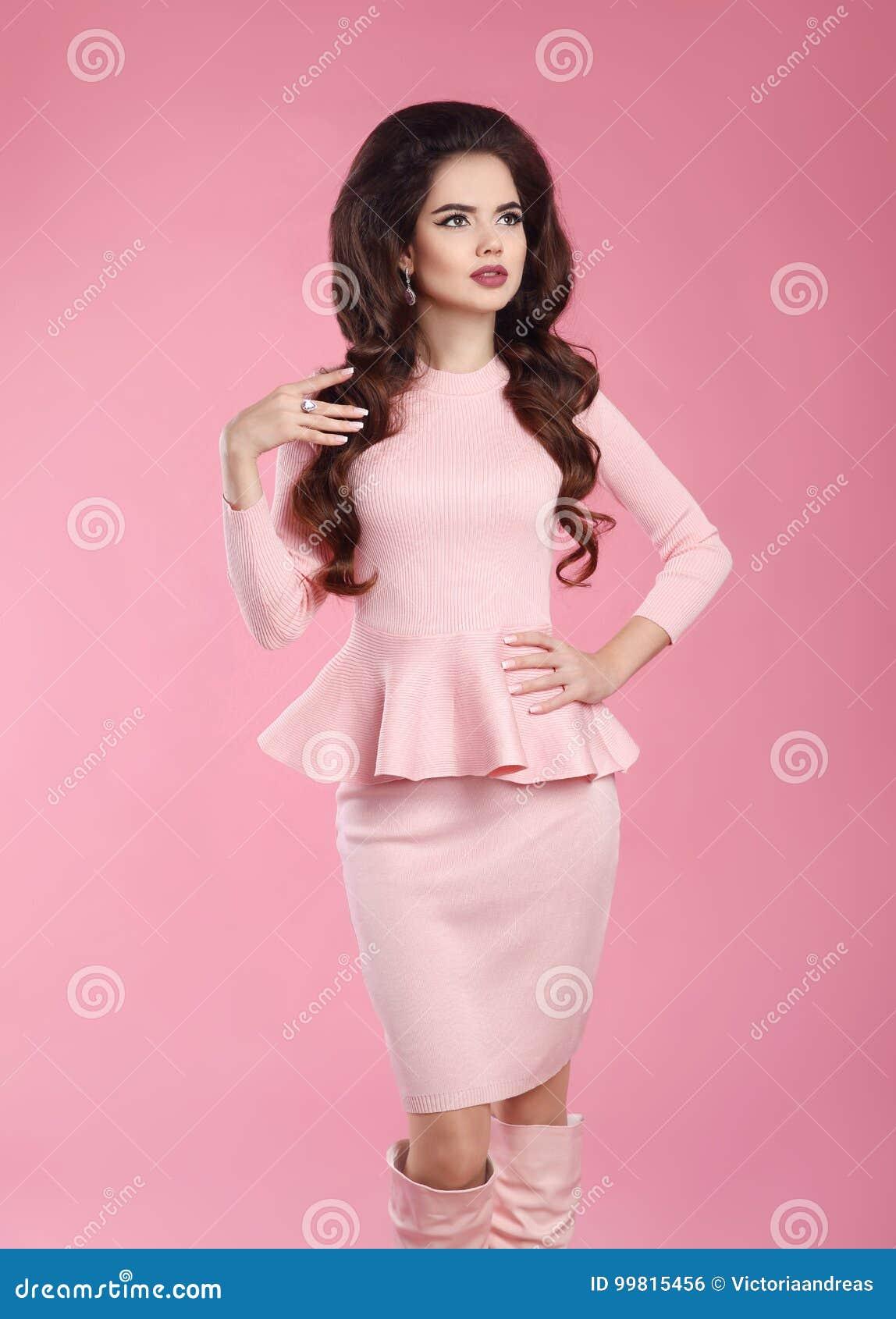 Modna ubierająca kobieta w menchii sukni Młody piękny gorgeou
