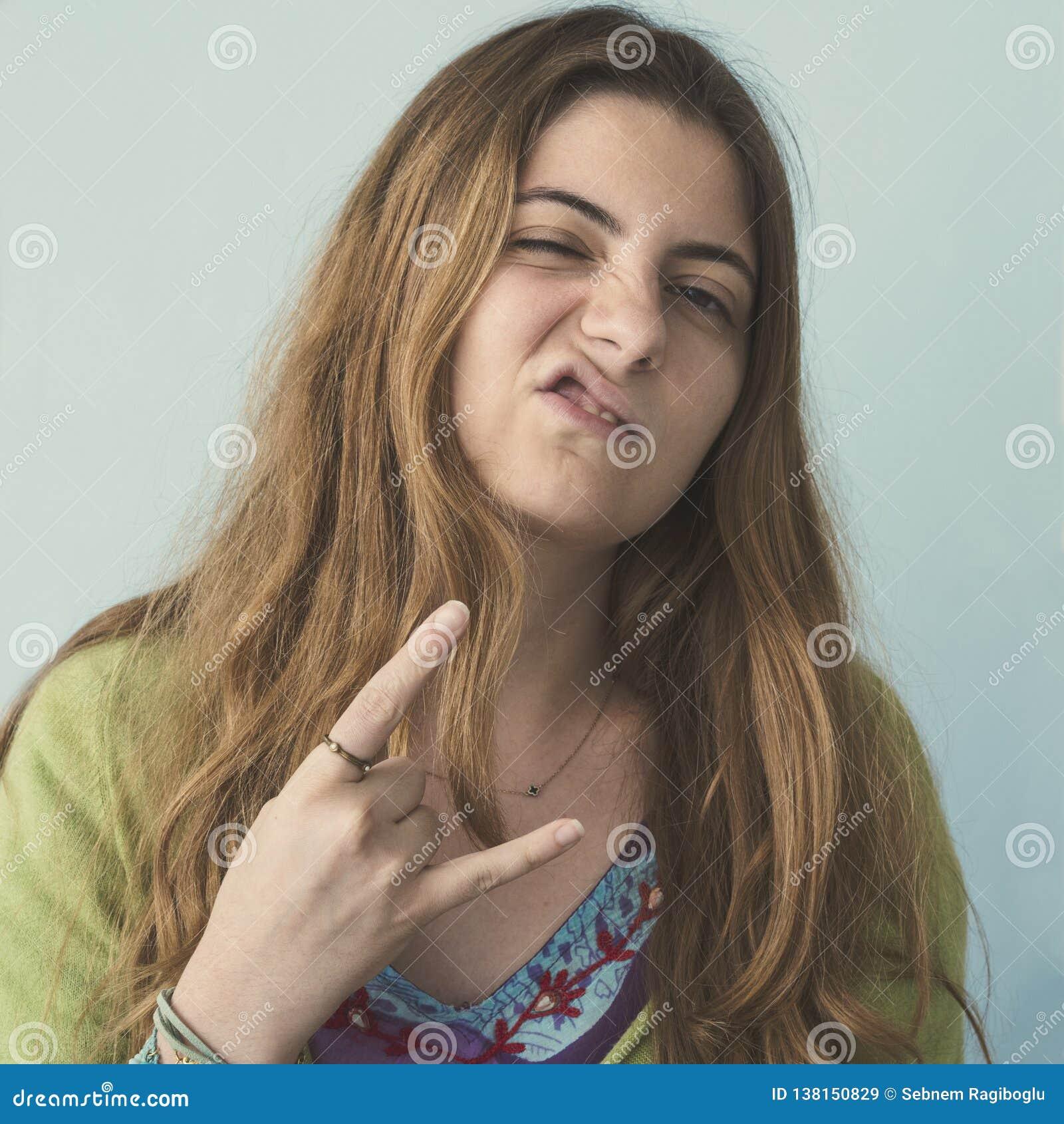 Modniś dziewczyna robi rockowemu gestowi