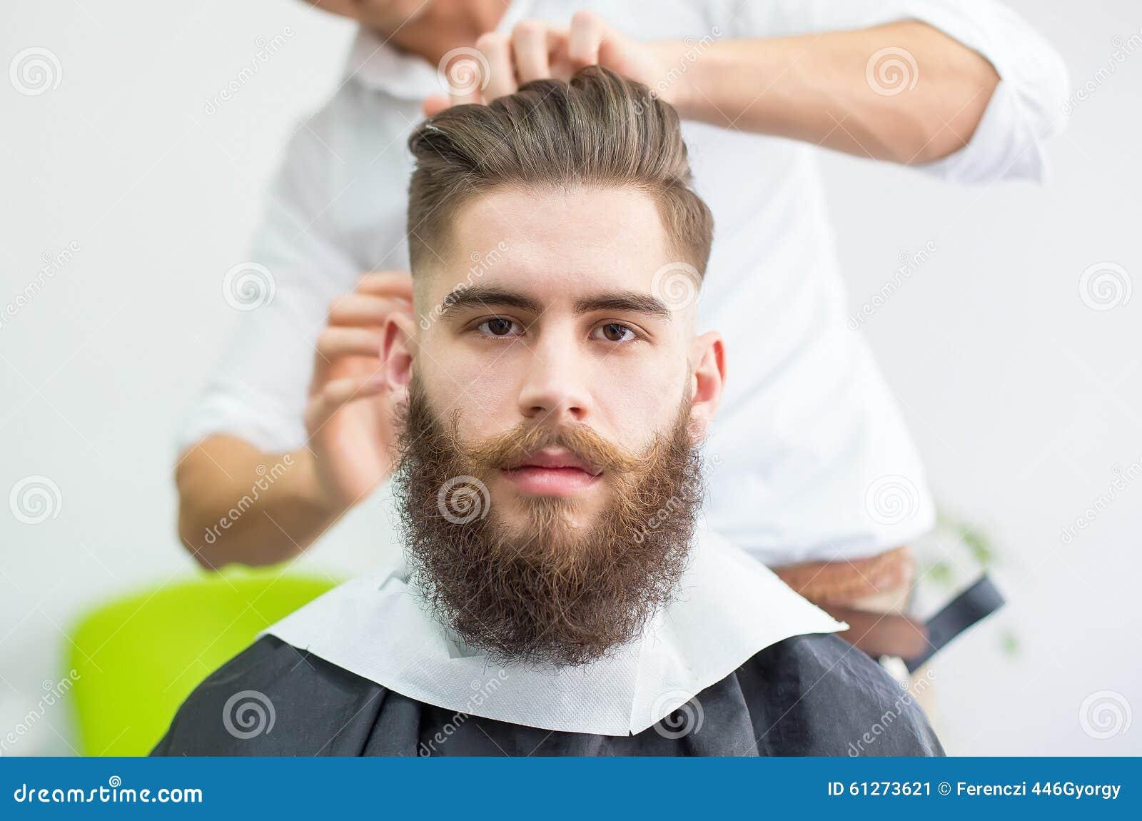 Modniś przy fryzjerem męskim