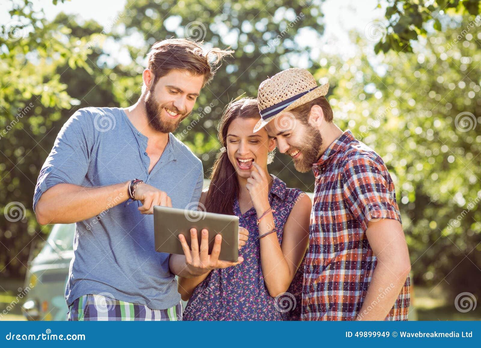 Modnisiów przyjaciele patrzeje ich selfie