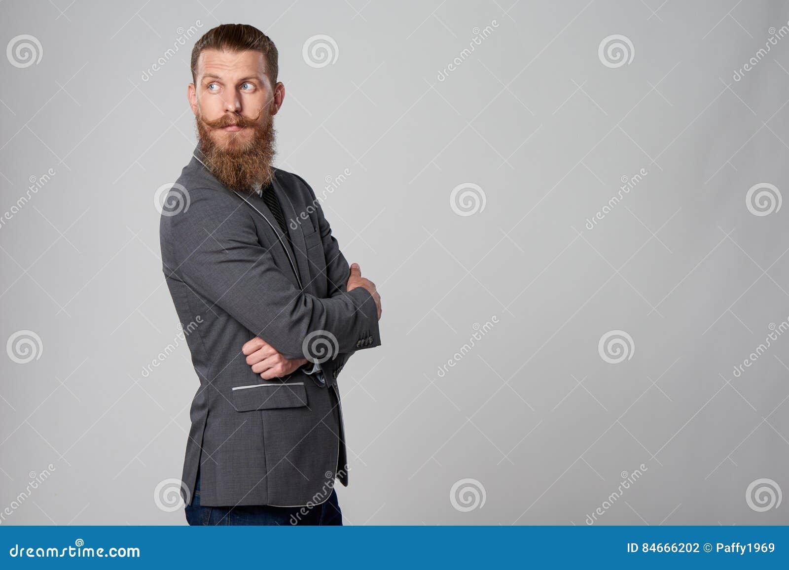Modnisia biznesowy mężczyzna patrzeje naprzód