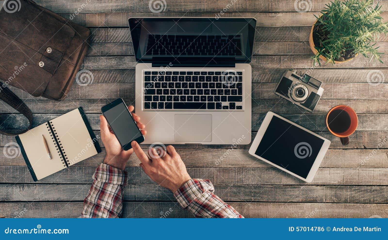 Modnisia desktop z męskimi rękami