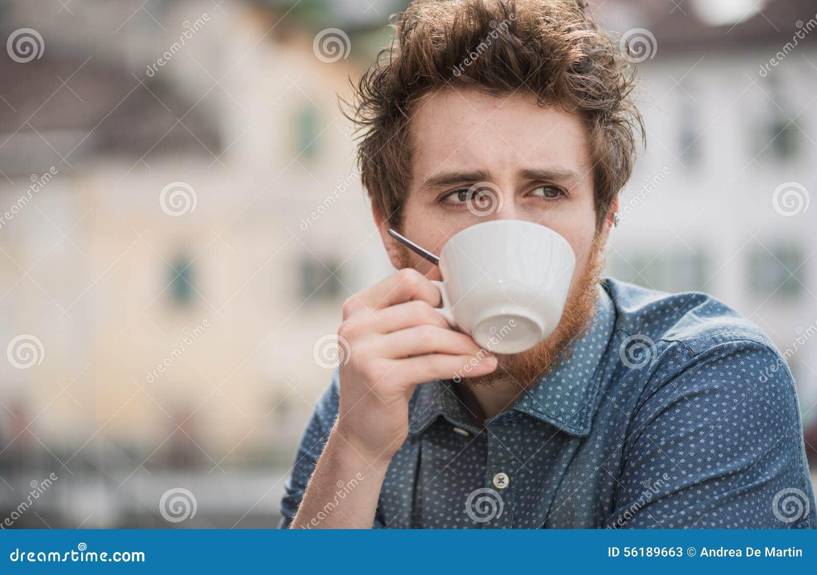 Modnisia facet pije kawę