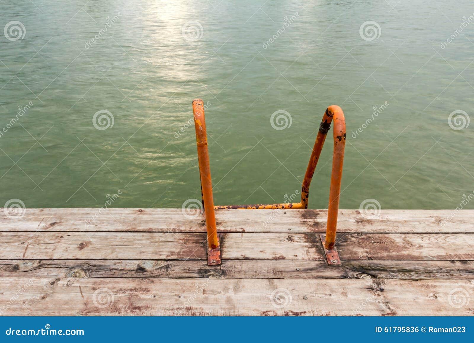 Modo giù dentro all acqua con l arancia che bagna le scale