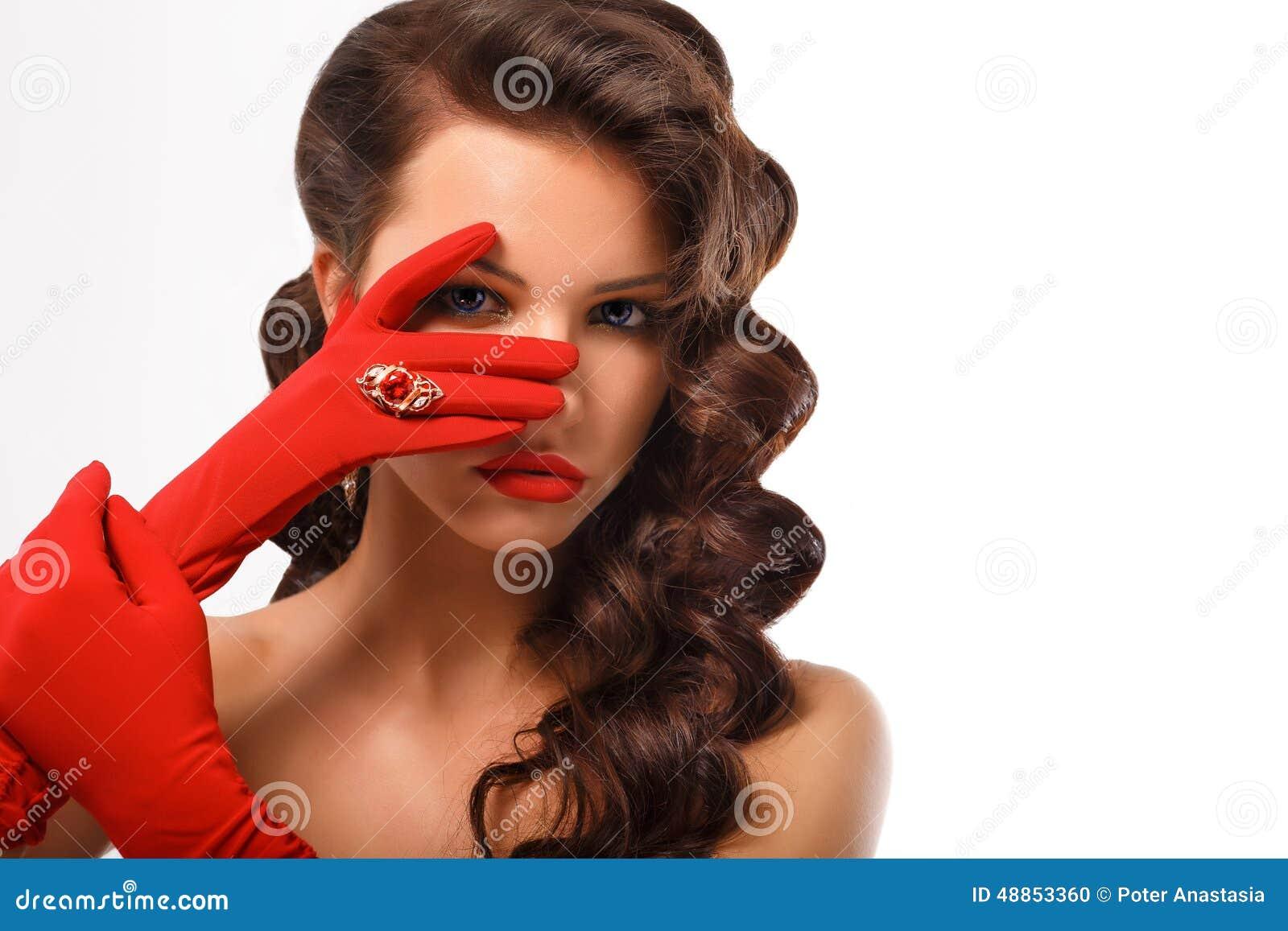 Modo isolato Girl Portrait di modello affascinante di bellezza Donna misteriosa di stile d annata che indossa i guanti rossi di f