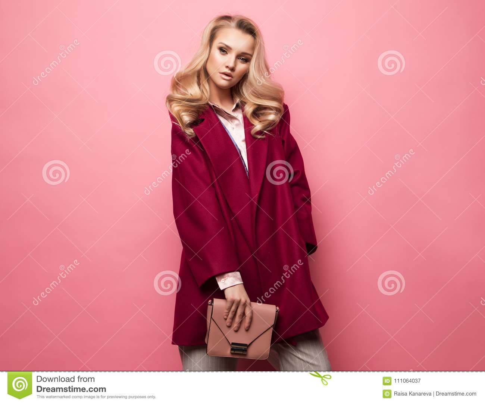 Modo, la gente e concetto di stile di vita: Bei della donna cappotto del cashmere di usura dei capelli ricci lungamente e borsa b
