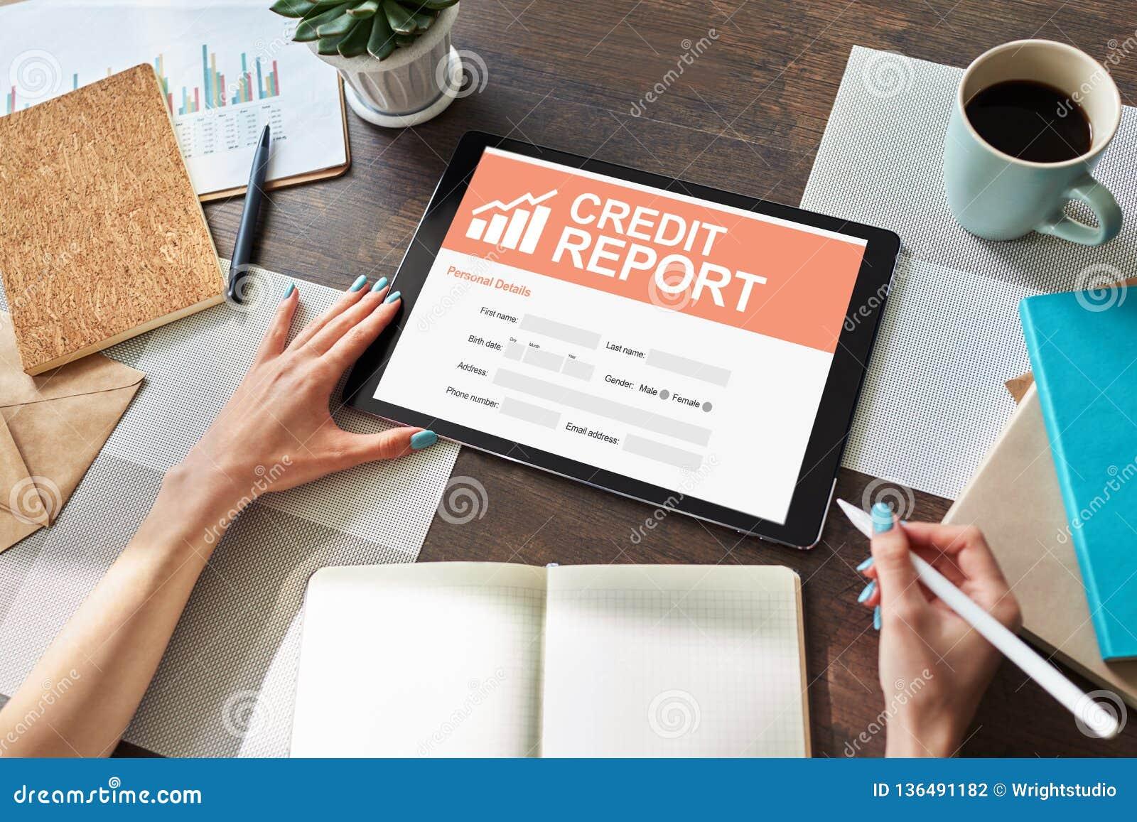 Modulo di domanda rapporto di credito sullo schermo Concetto di finanza e di affari