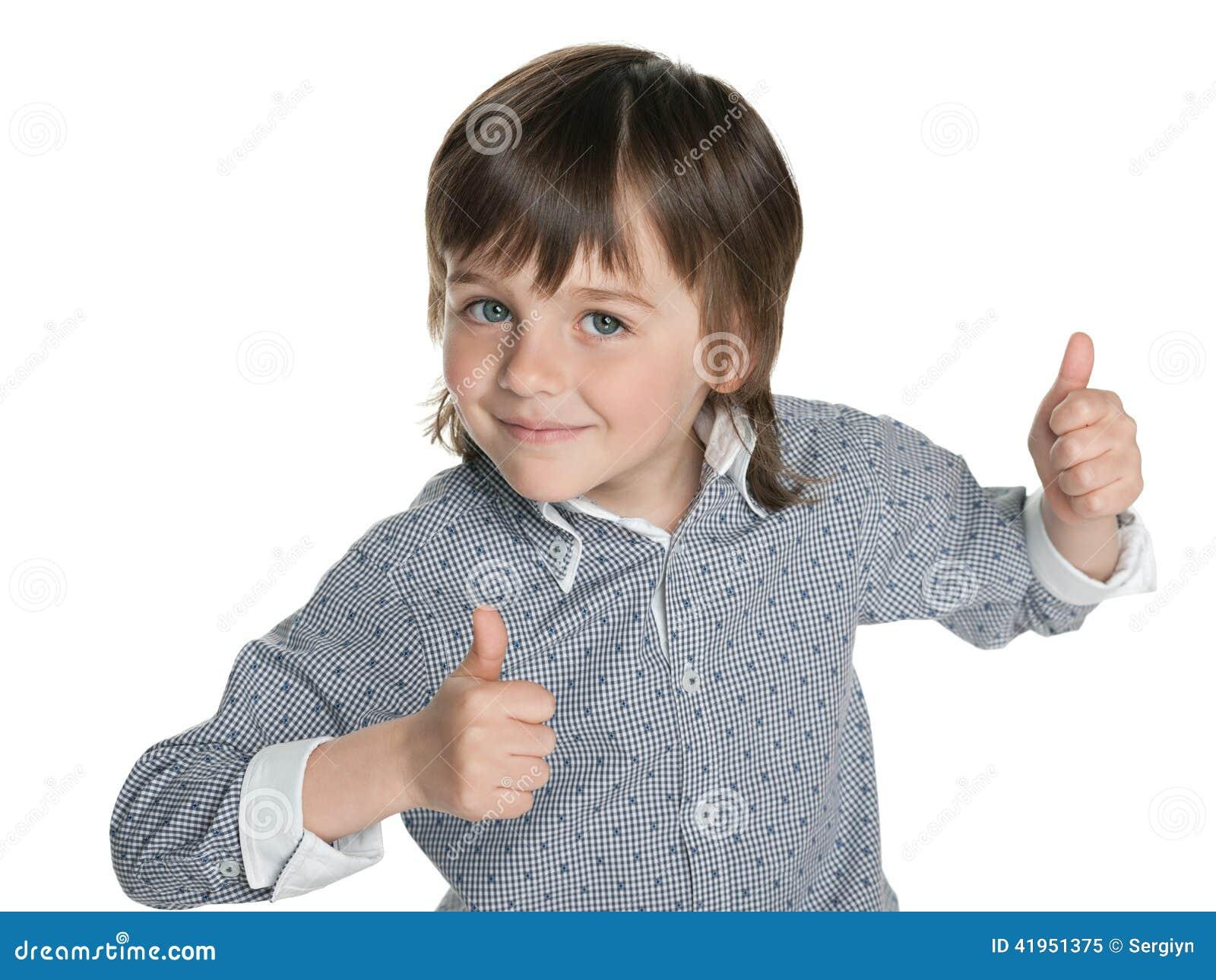 Mody chłopiec trzyma jego aprobaty