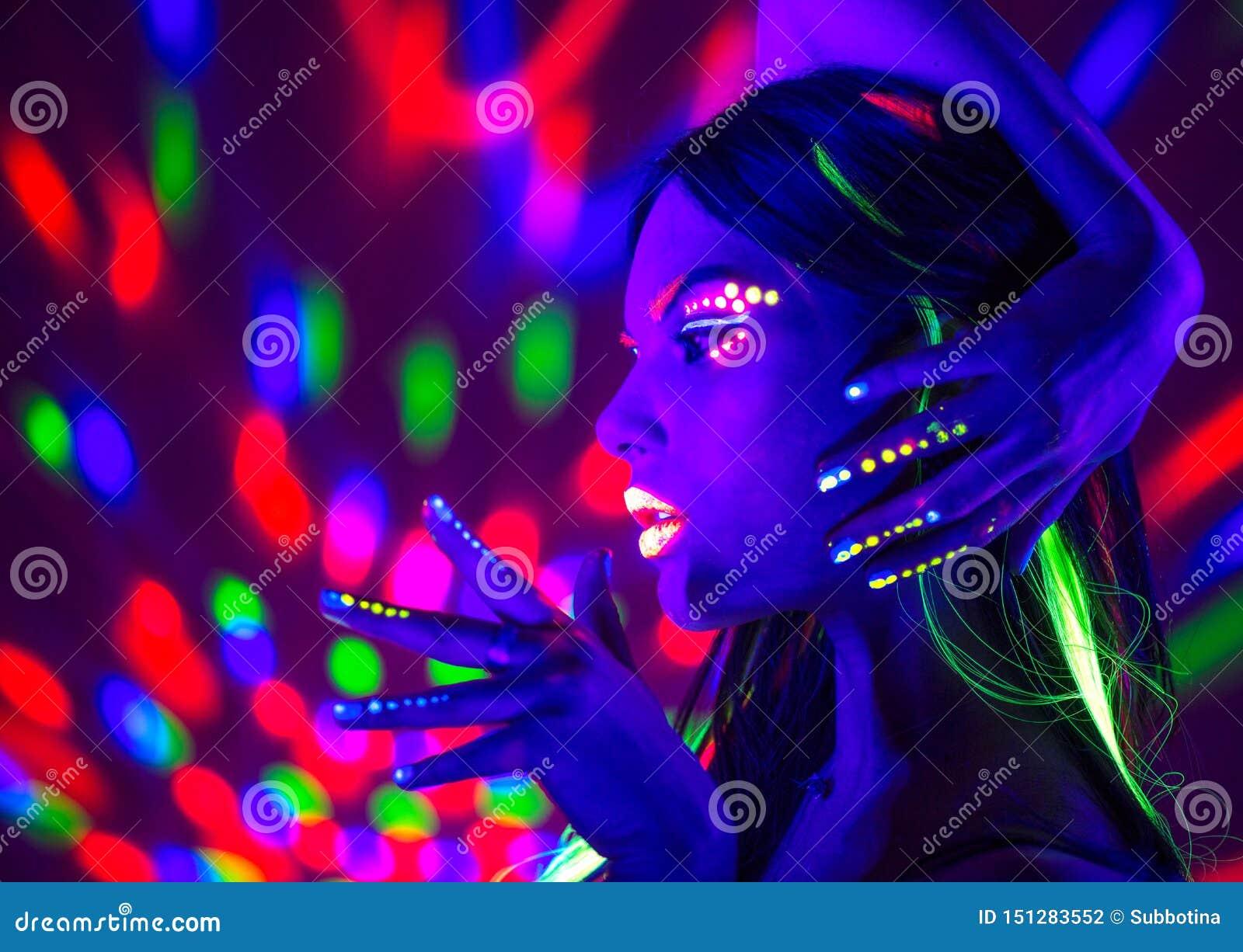 Mody dyskoteki kobieta Dancingowy model w neonowym świetle, portret piękno dziewczyna z fluorescencyjnym makeup