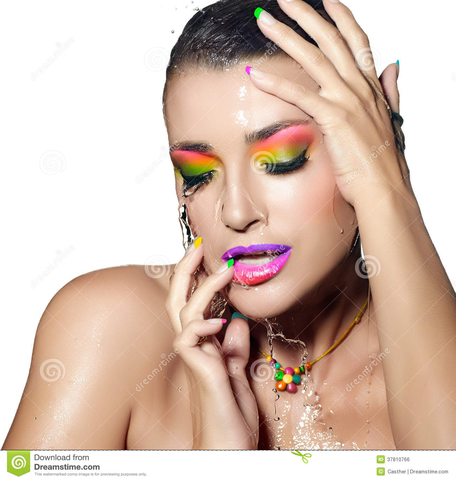 Mody dziewczyny portret. Kolorowy mokry Makeup. Piękno i moda