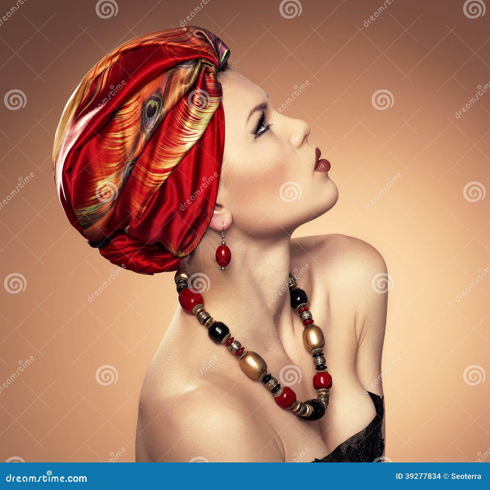 Mody kobieta w turbanie