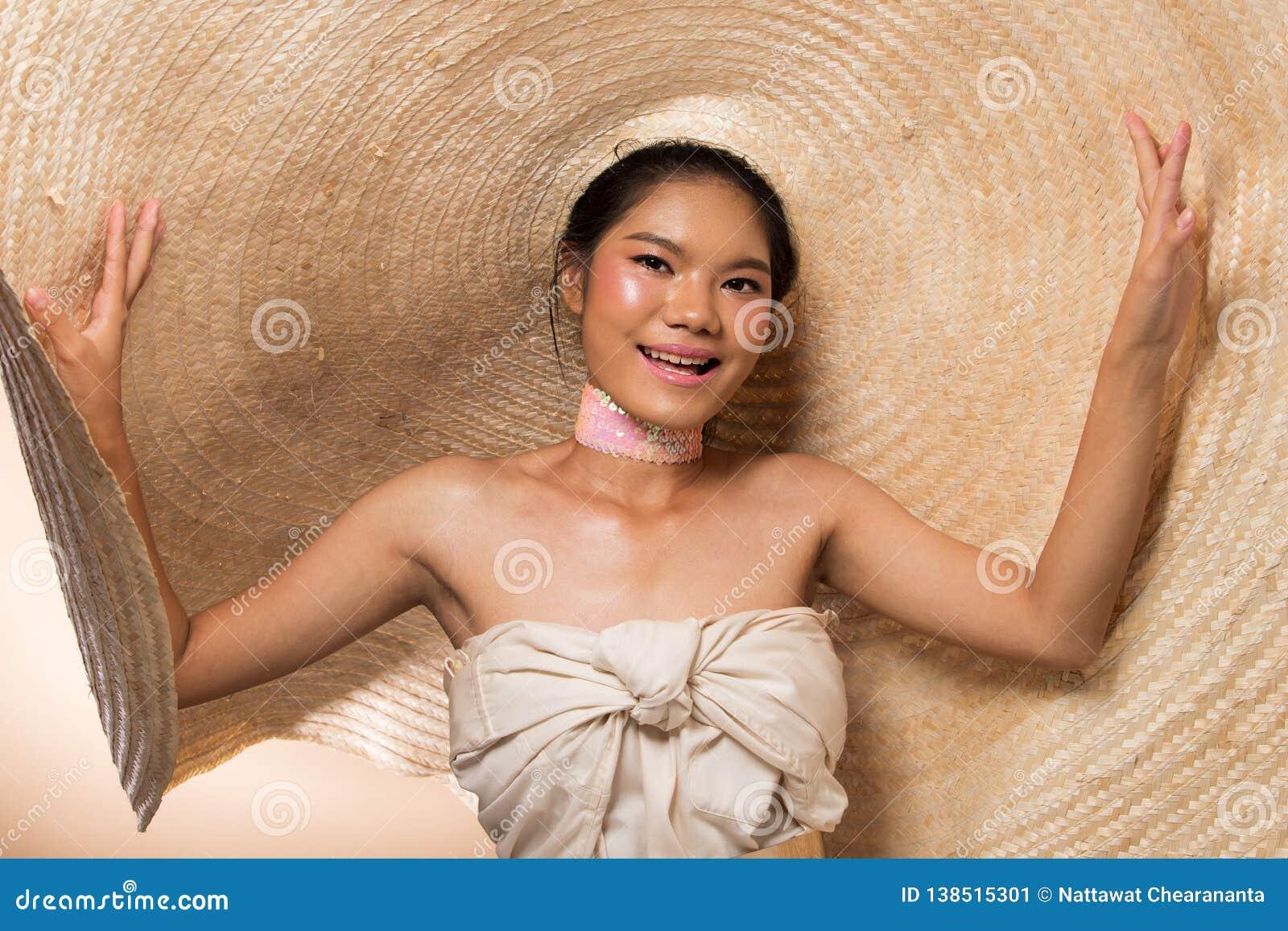 Mody kobiety Młodego Azjatyckiego czarni włosy duży kapelusz