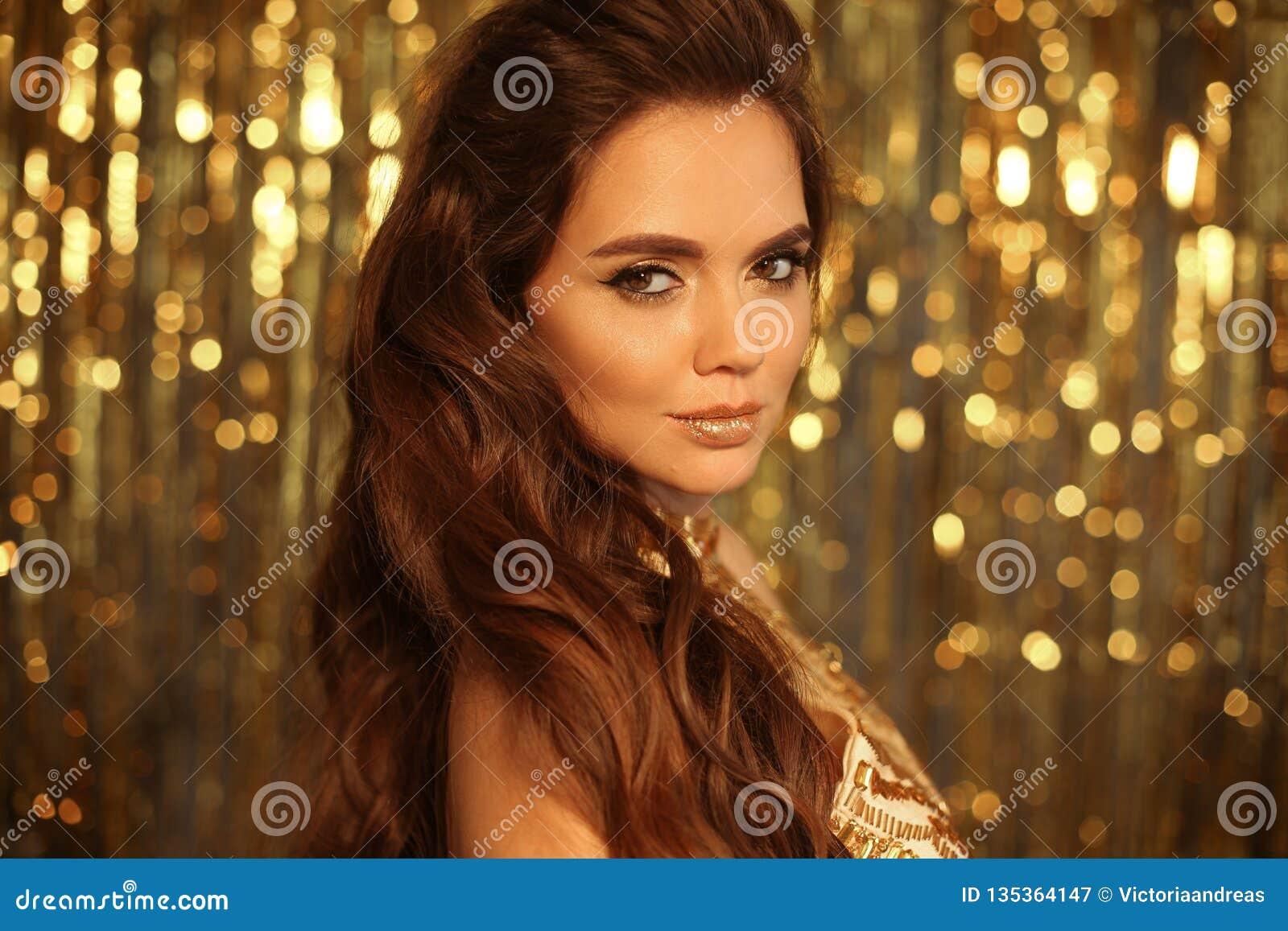 Mody piękna dziewczyny portret Odizolowywający na złotym Bożenarodzeniowym błyskotliwym bokeh zaświeca tło Splendoru makeup Złoci