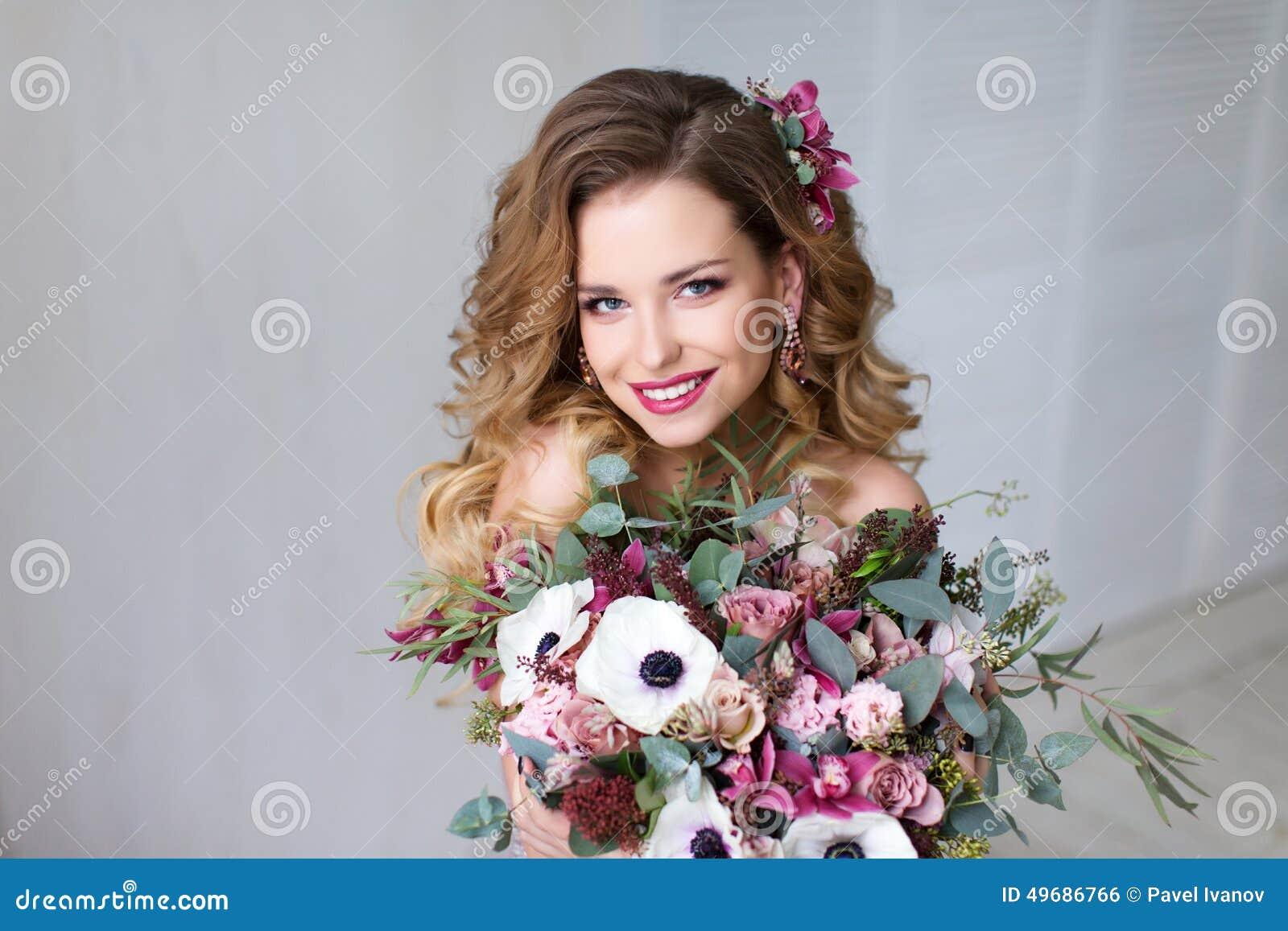Mody piękna modela dziewczyna z kwiatami Włosianymi