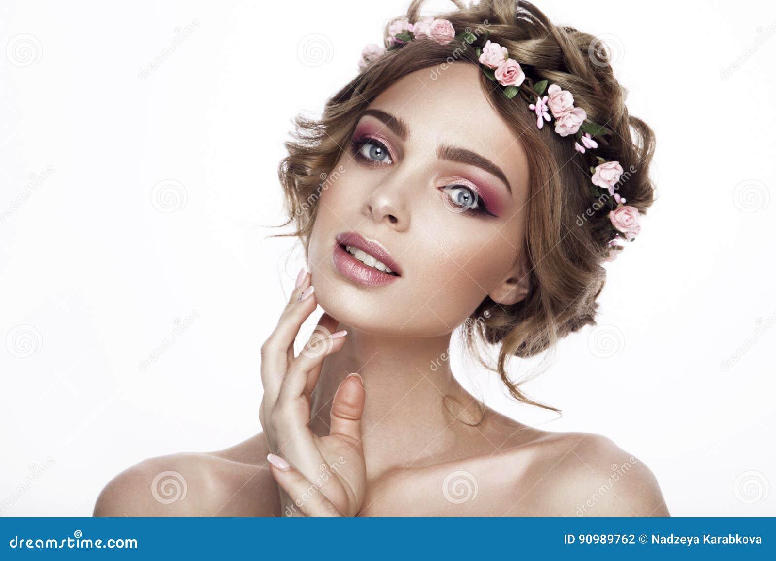 Mody piękna modela dziewczyna z kwiatami Włosianymi Panna młoda Perfect Kreatywnie Uzupełniał i Włosiany styl fryzury