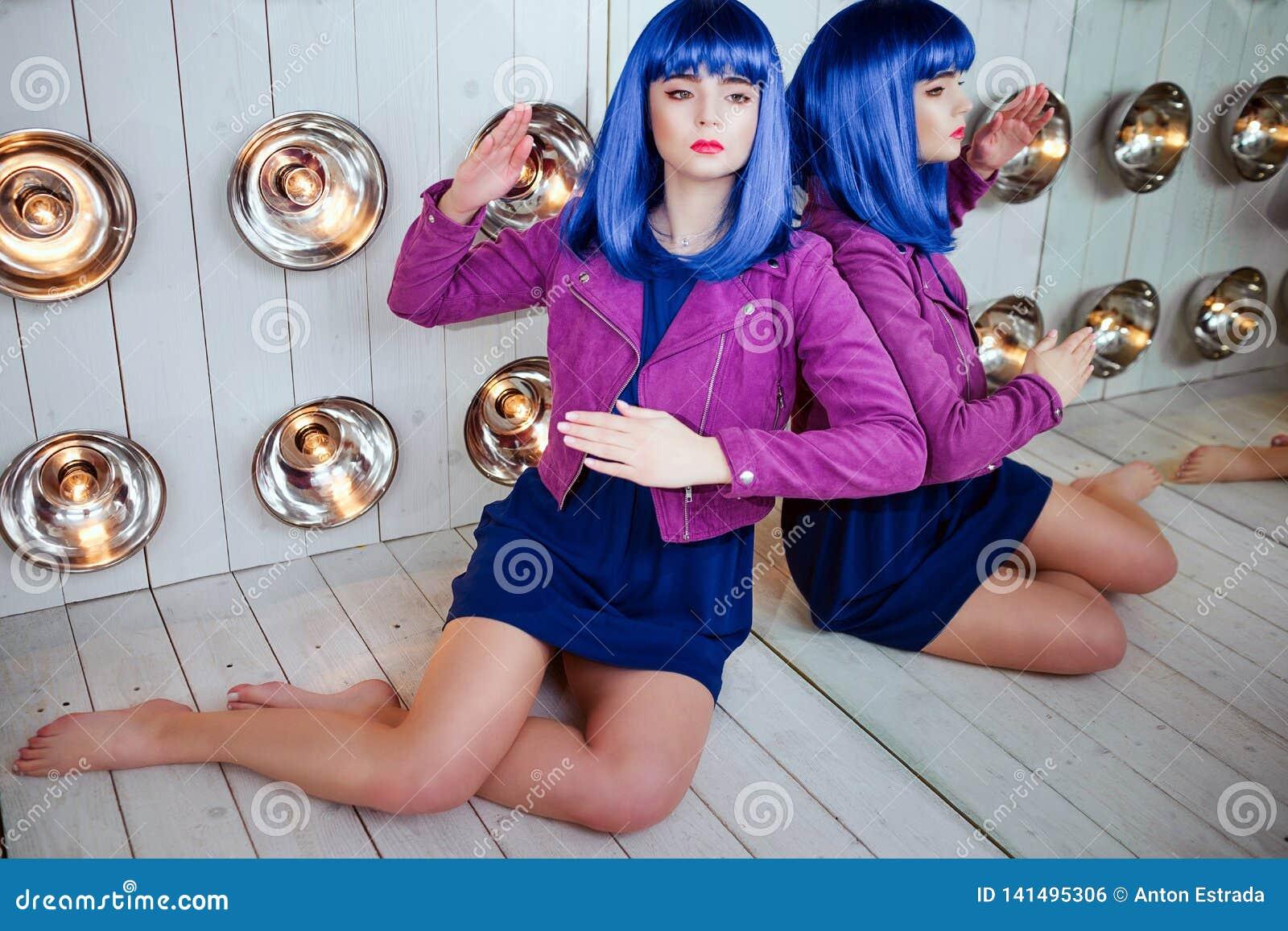 Mody pokraka Splendor syntetyczna dziewczyna, sfałszowana lala z pustym spojrzeniem i błękitny włosy, siedzimy w studiu elegancki
