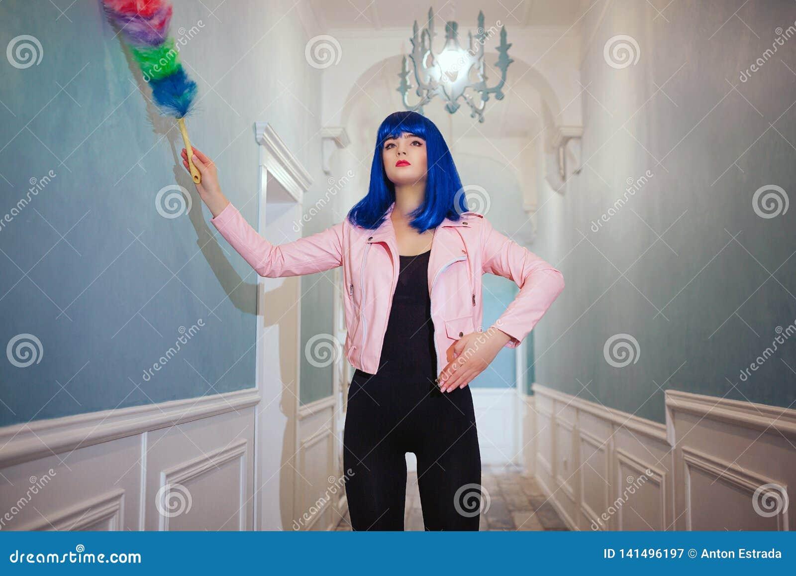 Mody pokraka Splendor syntetyczna dziewczyna, sfałszowana lala z pustym spojrzeniem i błękitny włosy, trzymamy czyści zakres w dł