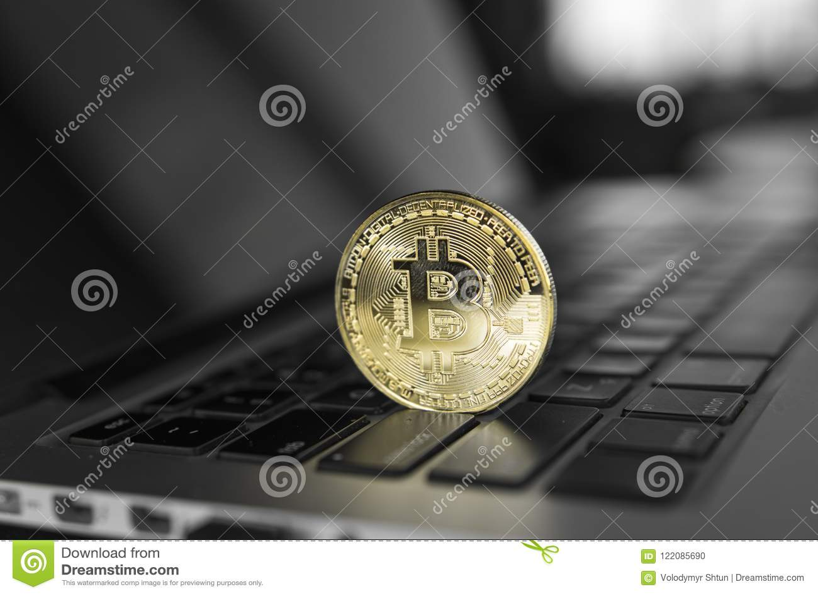 Moeda cripto de Bitcoin do ouro em um teclado do portátil Troca, negócio, comercial Lucro das moedas da cripta da mineração