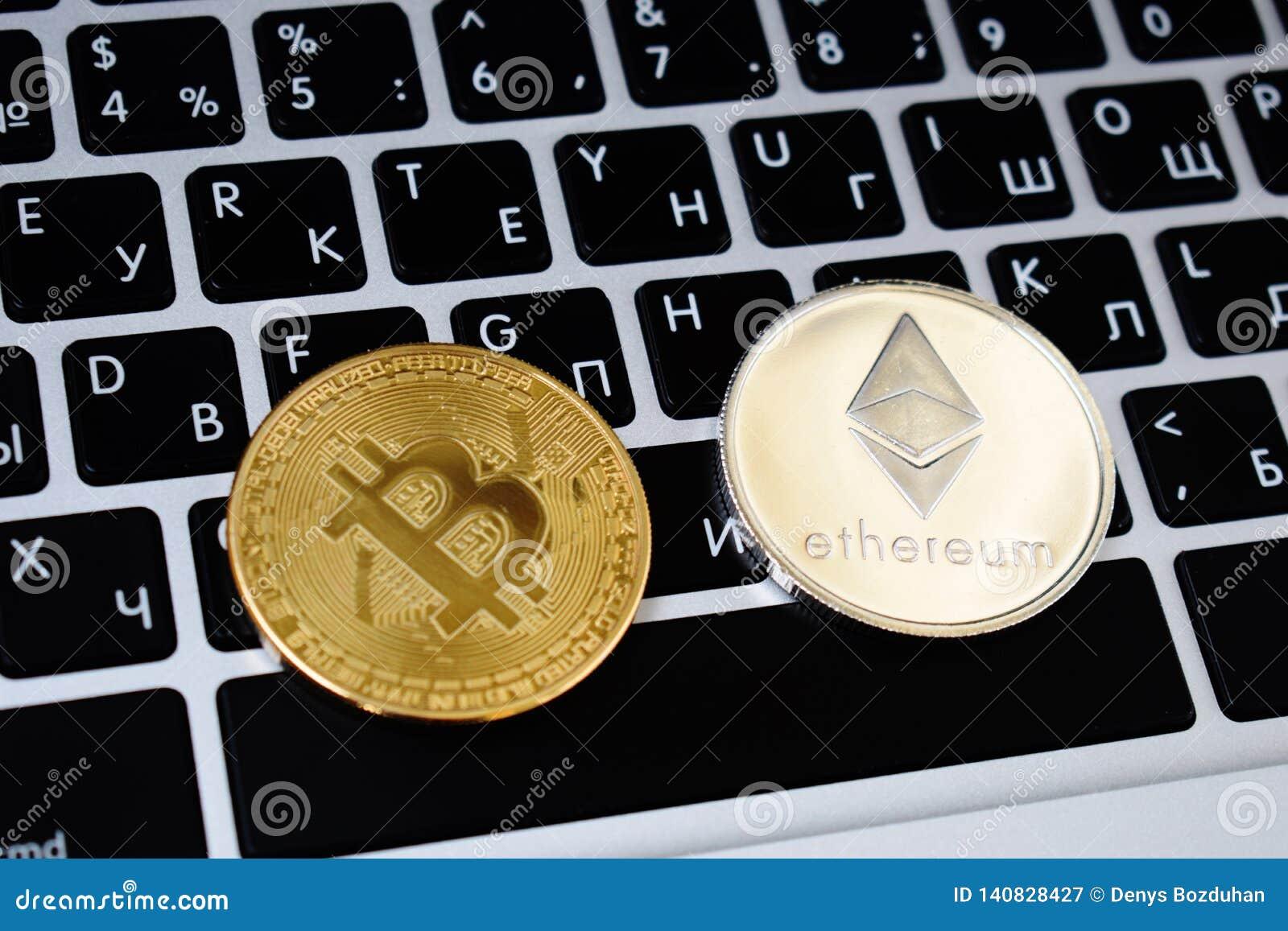 A moeda das moedas virtuais de Ethereum e de Bitcoin financia o dinheiro no teclado do portátil do computador Negócio, anúncio pu