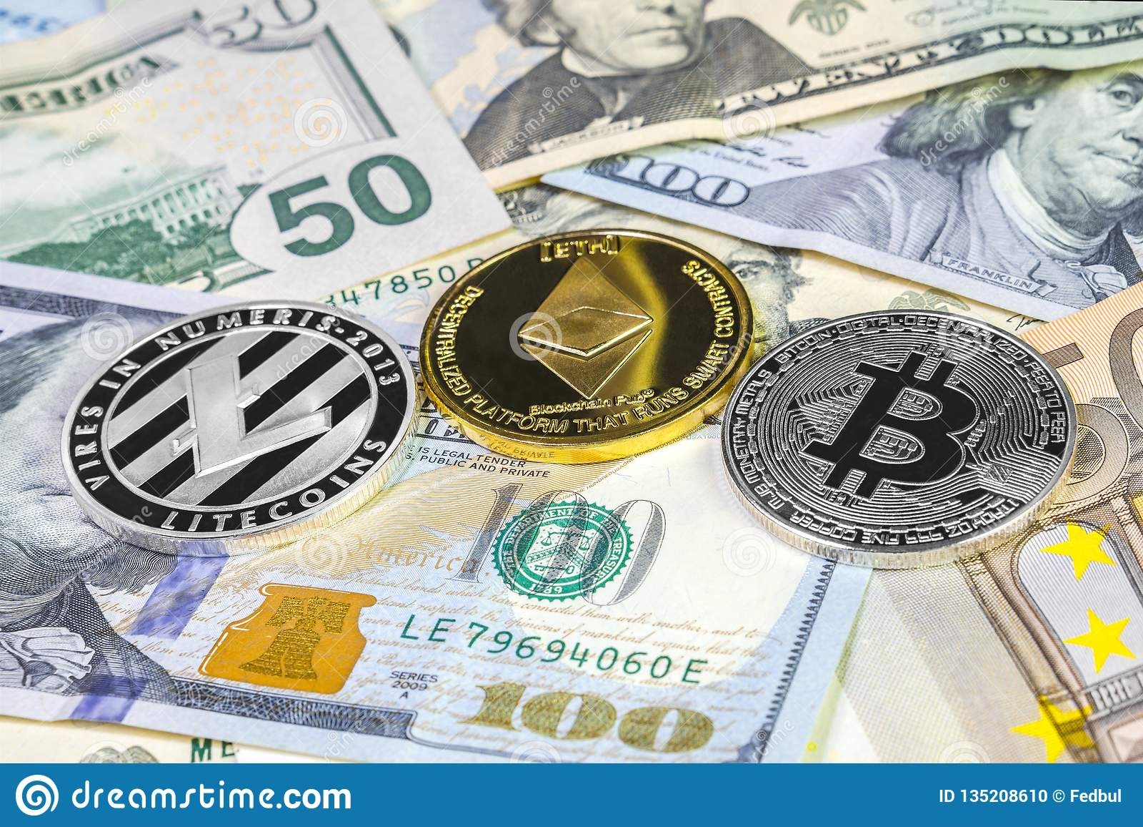 Moeda de Bitcoin, de litecoin e de ethereum no dólar e nas contas do euro Fundo de Cryptocurrency