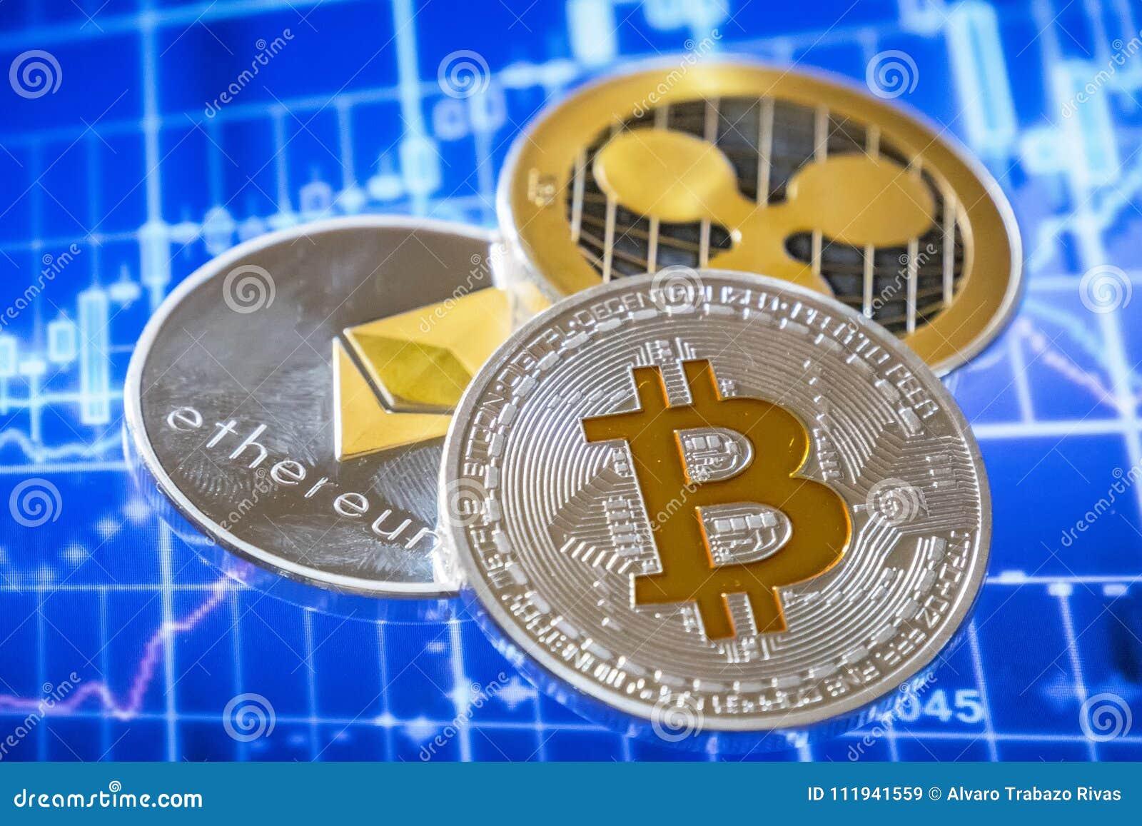 Moedas de Cryptocurrency sobre a troca da tela gráfica; Bitcoin, éter