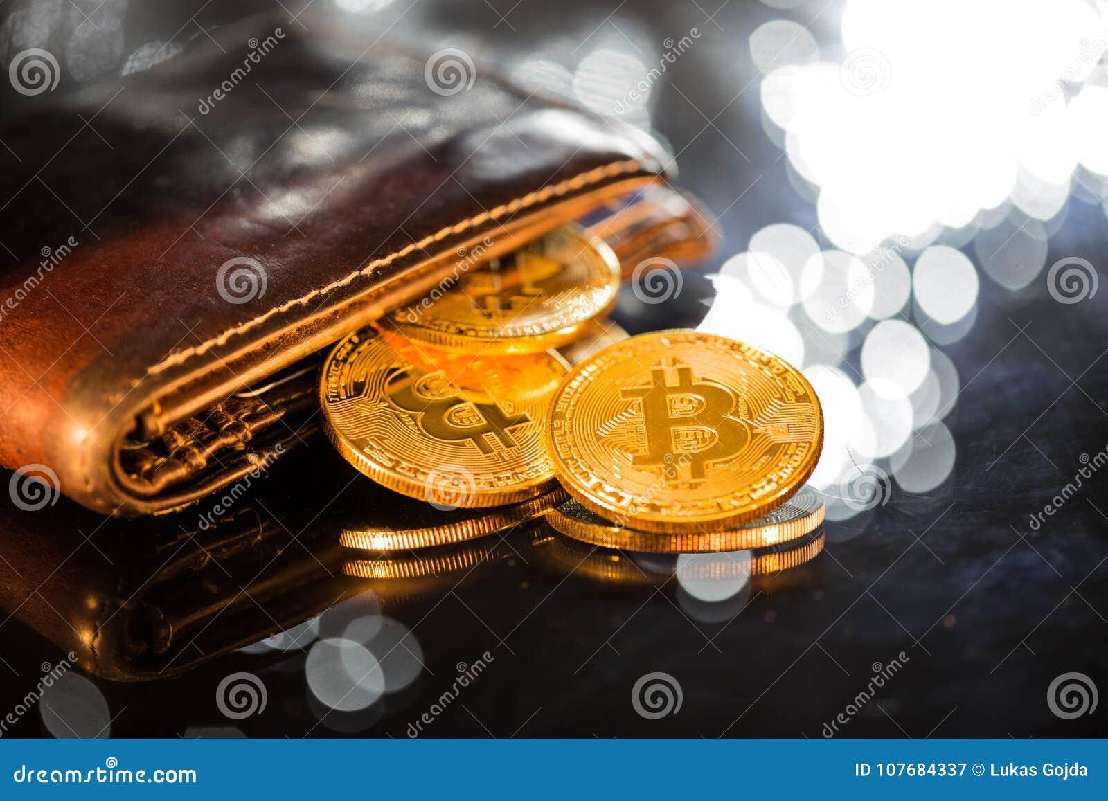 Moedas de ouro de Bitcoin com carteira Conceito virtual do cryptocurrency