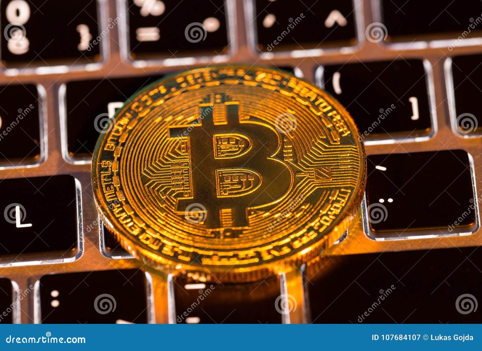 Moedas de ouro de Bitcoin com teclado do portátil Conceito virtual do cryptocurrency