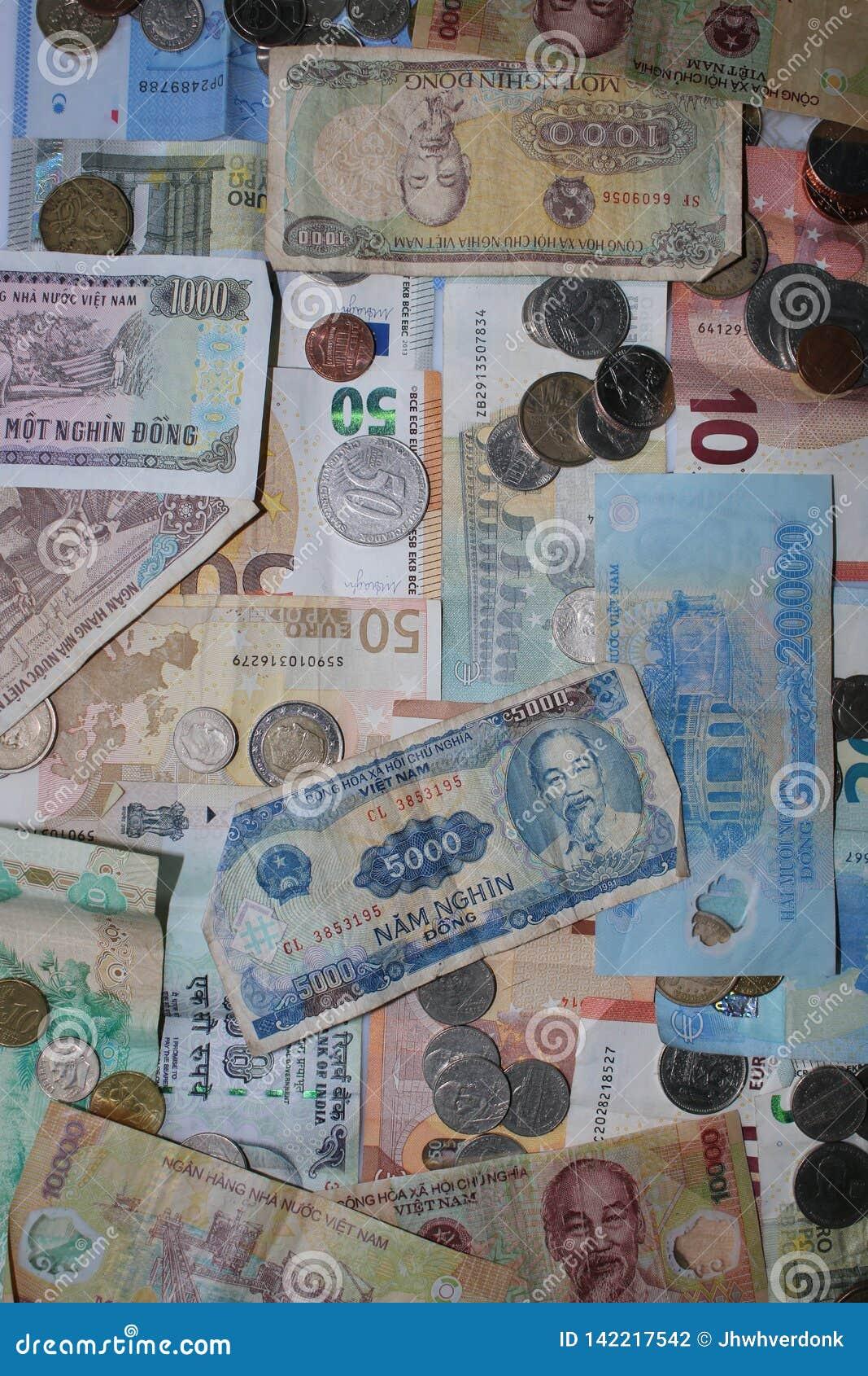 Moedas e notas de quatro moedas diferentes - Europa, Vietnam, Grâ Bretanha, e América