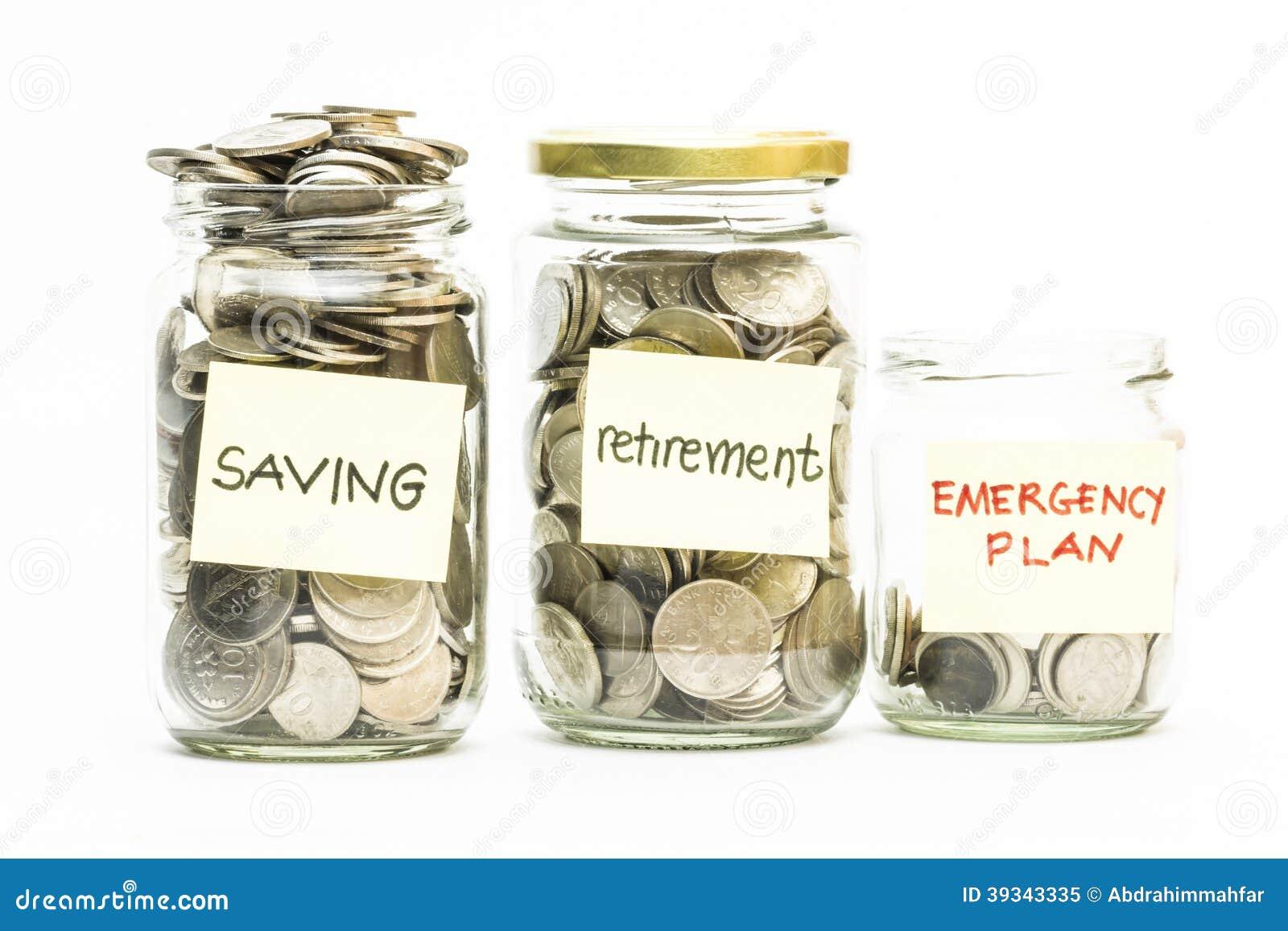 Moedas isoladas no frasco com etiqueta da economia, da aposentadoria e do plano de emergência