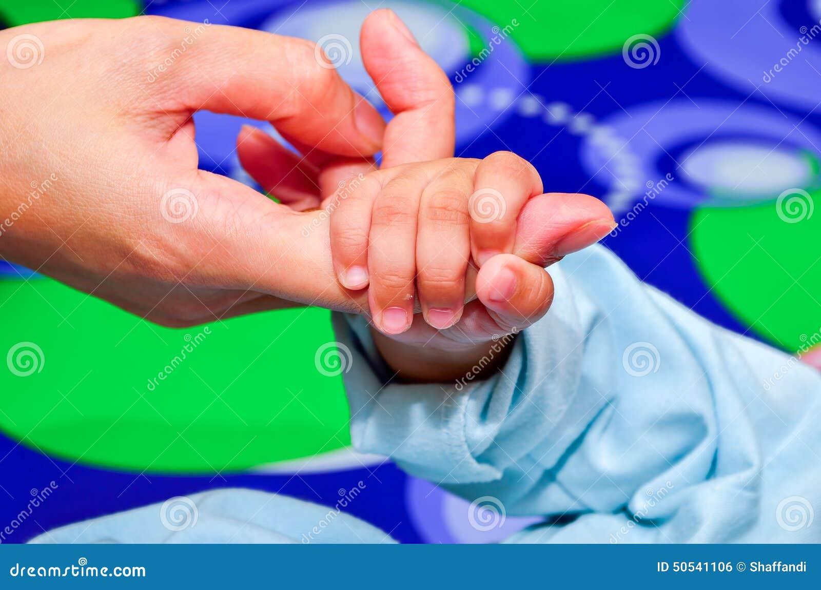 Moeder die de hand van zijn nieuw houden - geboren zoon