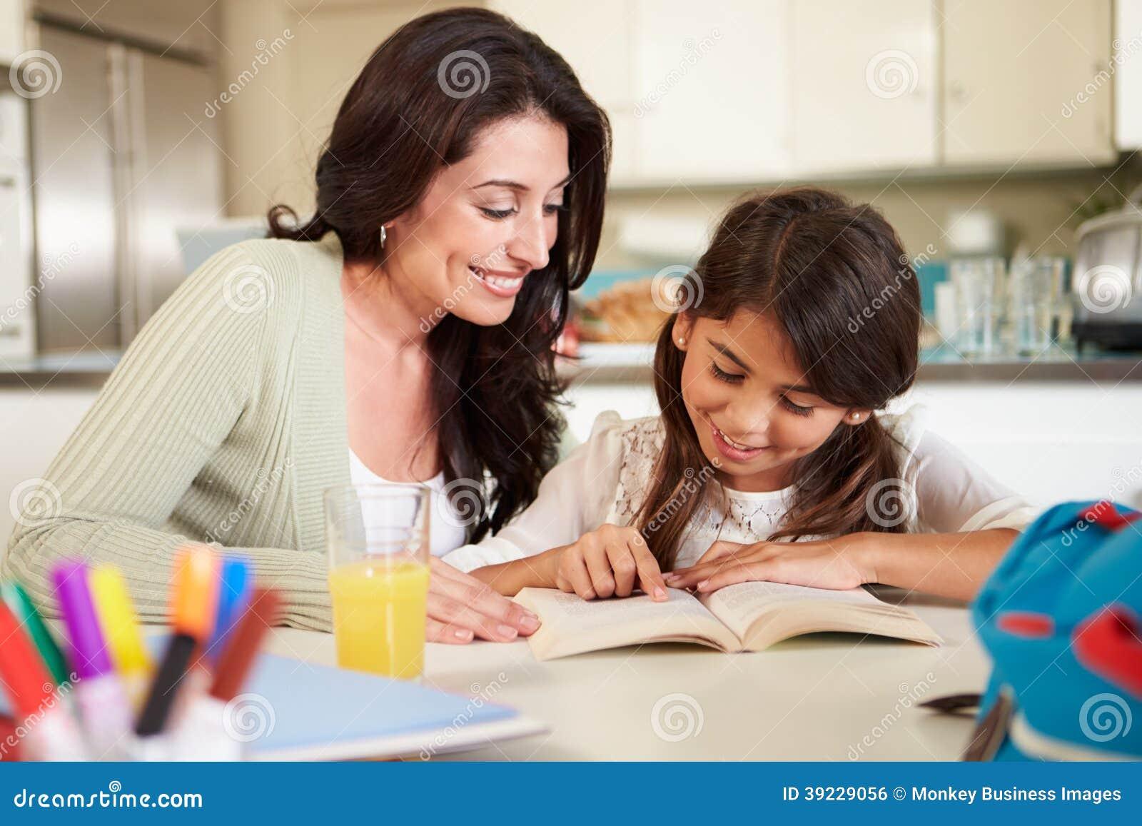 Moeder die Dochter met Lezingsthuiswerk helpen bij Lijst