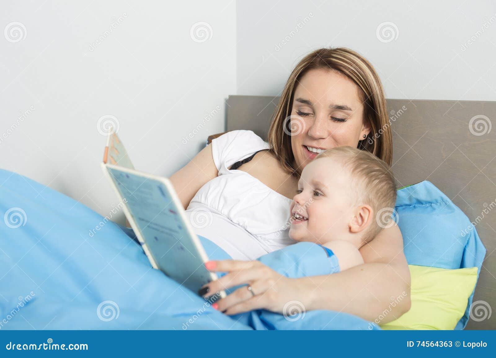 Moeder die een verhaal lezen aan haar zoon