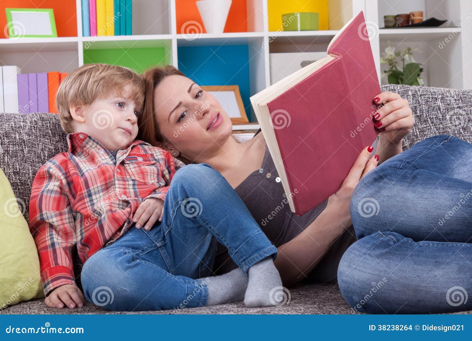 Moeder die een verhaal vertellen aan kind